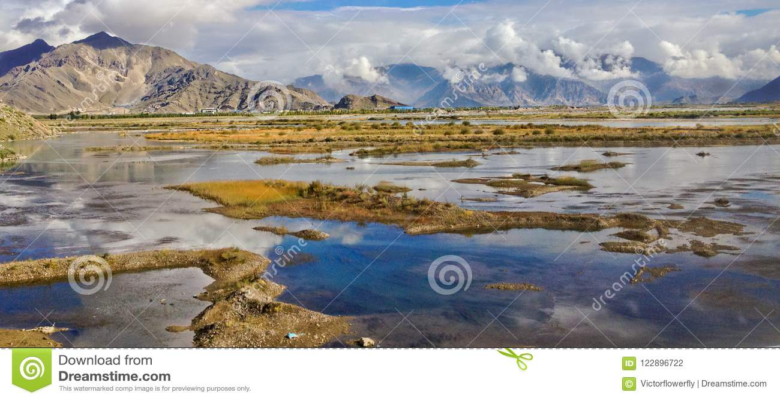 Красивый вид естественного плато с болотом, отражение потока и воды яркой предпосылки неба дня Сценарное отключение к Тибету