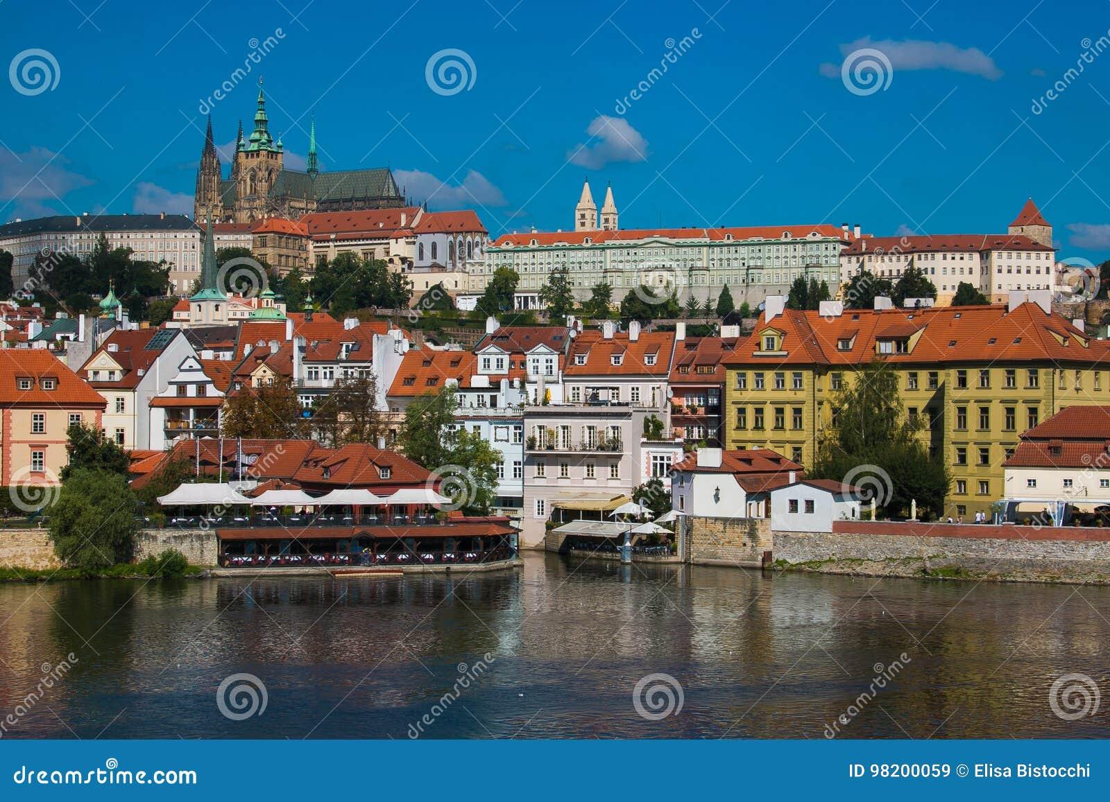 Download Красивый вид красочных старых городка и замка Праги с рекой Влтавой Стоковое Изображение - изображение насчитывающей республика, прописно: 98200059