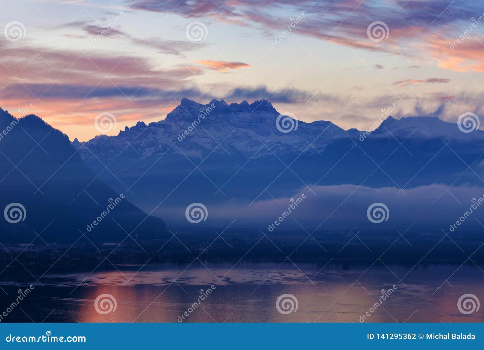 Красивый вид на стороне озера Женев, с вдавленными местами du Midi пиков швейцарских Альп в предпосылке, Монтрё, кантоне Во