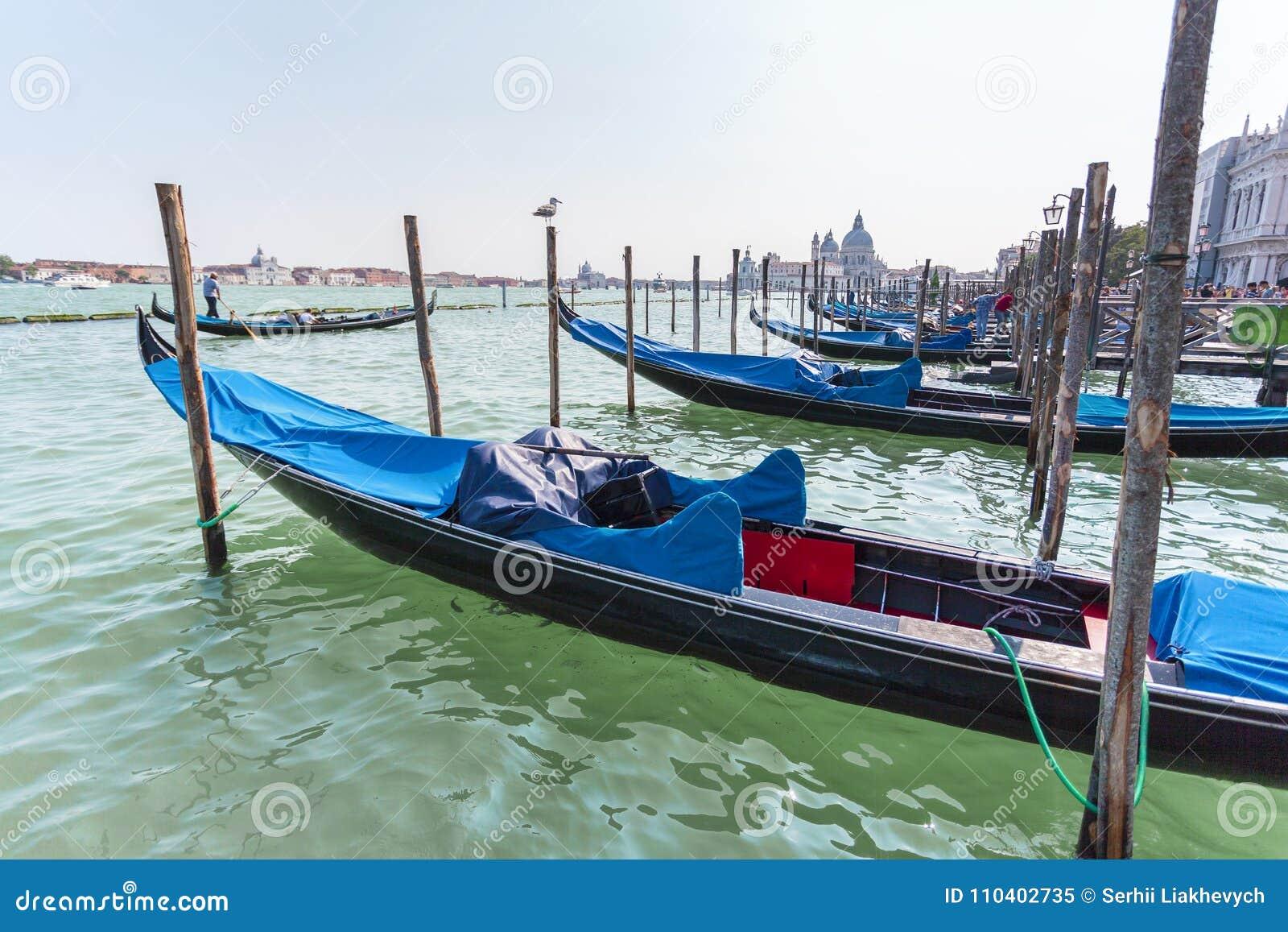 Красивый вид традиционной гондолы на канале большом с салютом della Santa Maria di базилики в Венеции, Италии