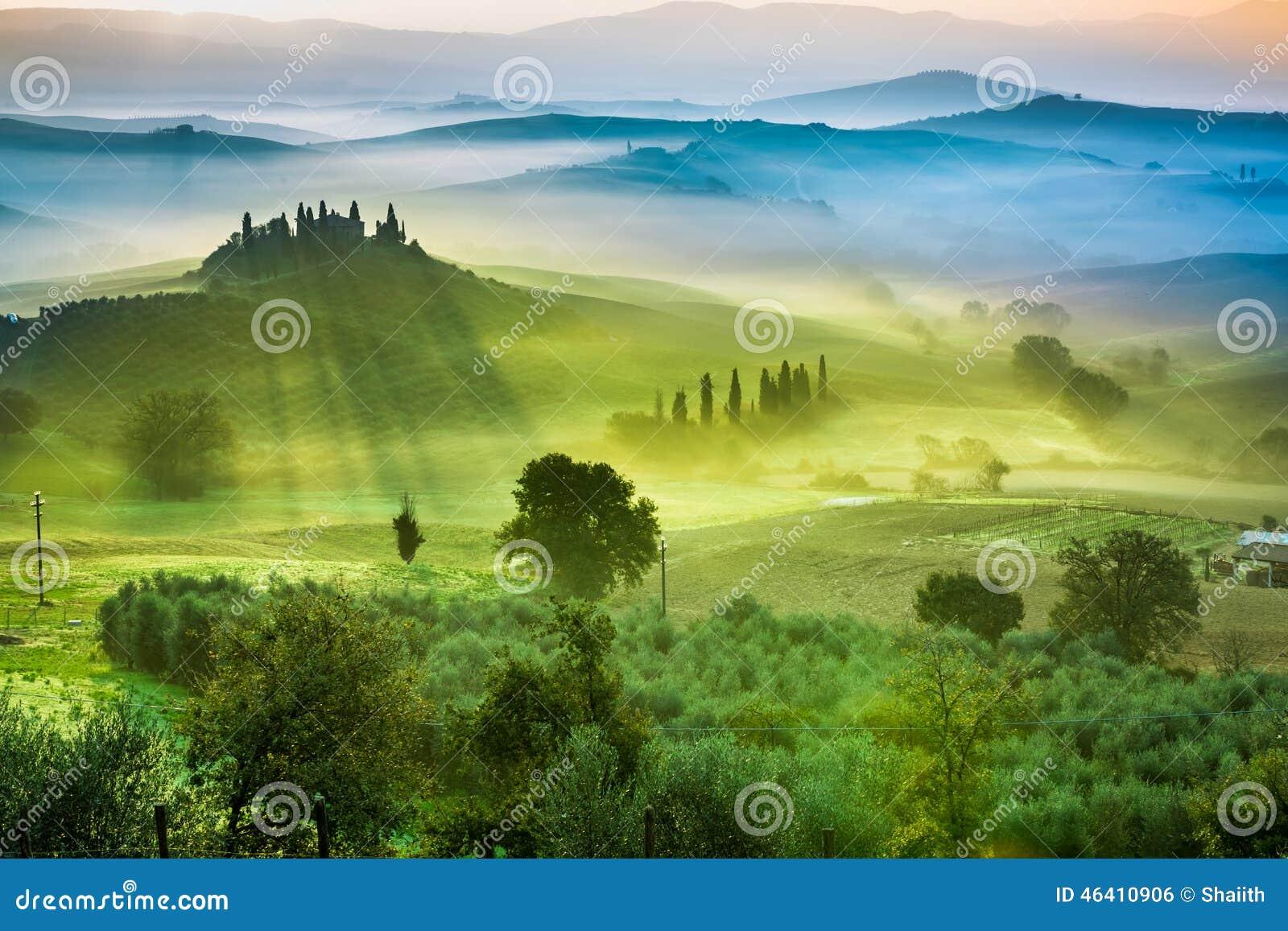 Красивый вид зеленых полей и лугов на заходе солнца в Тоскане