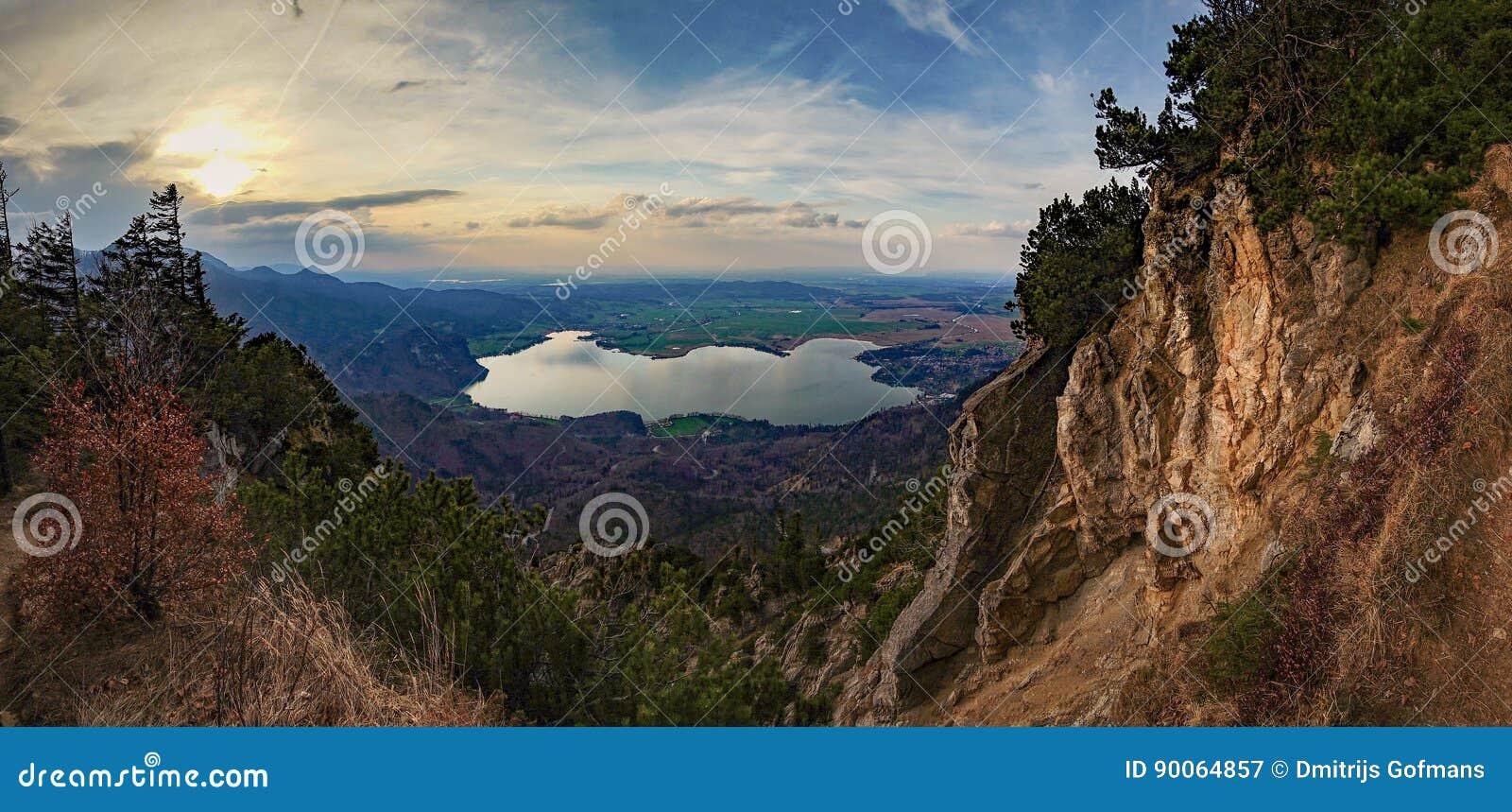 Красивый вид на озеро от горы в немце Альпах