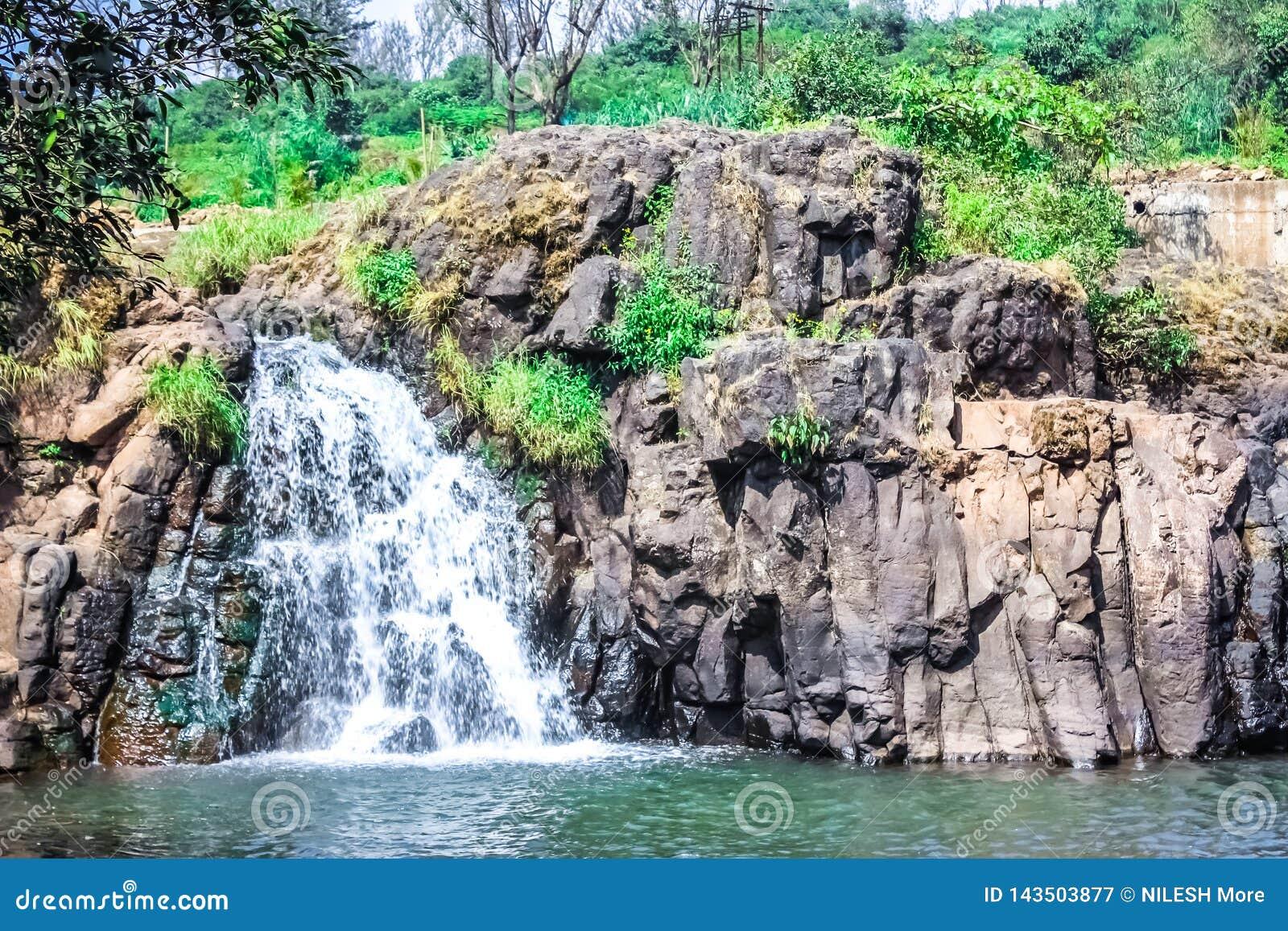 Красивый водопад около махарастры Panchgani