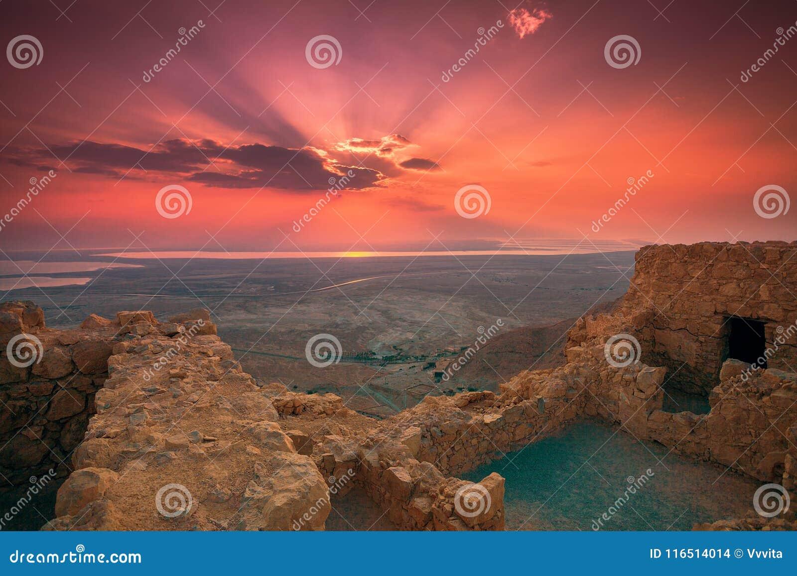 Красивый восход солнца над крепостью Masada