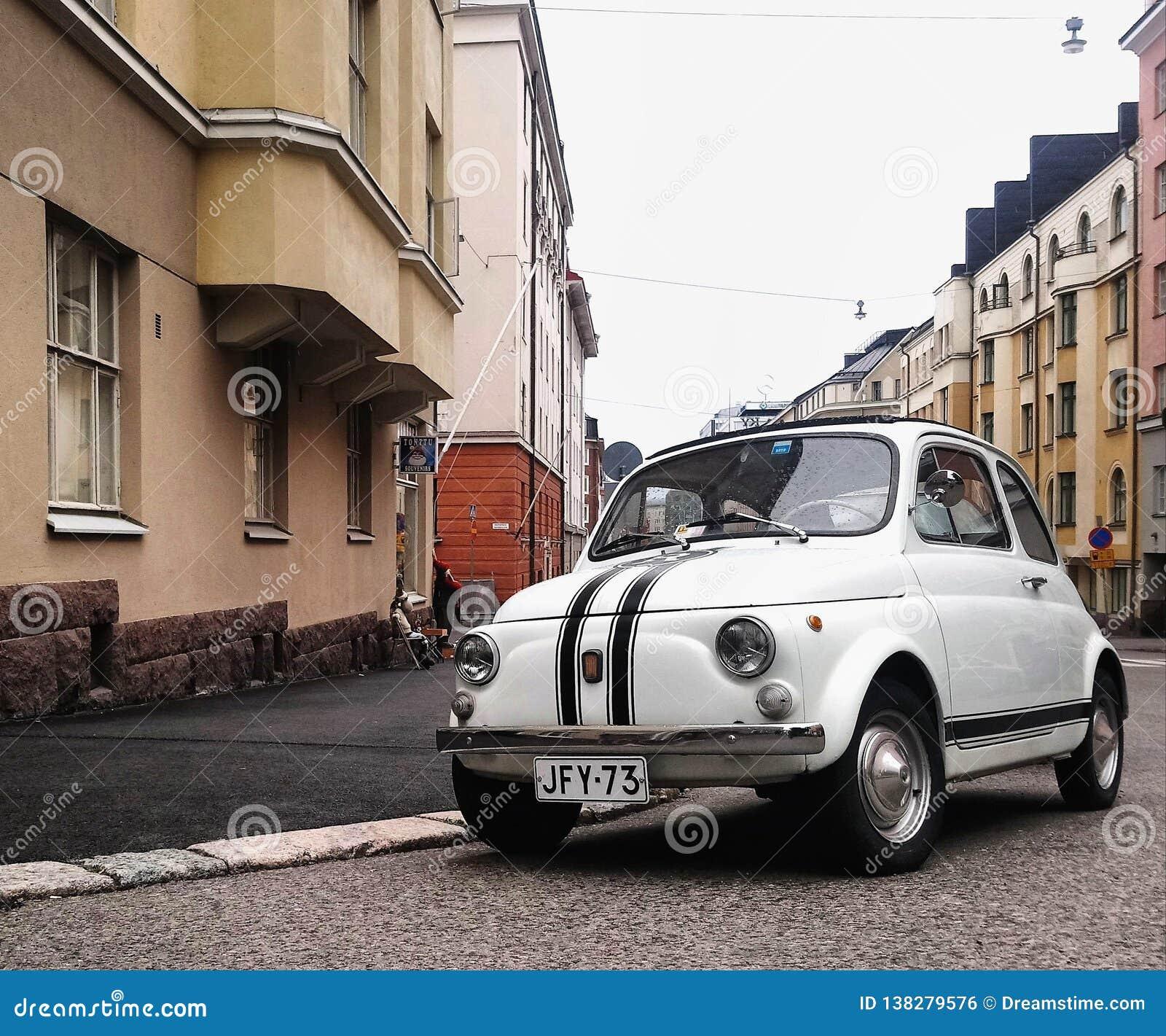 Красивый город и маленький автомобиль