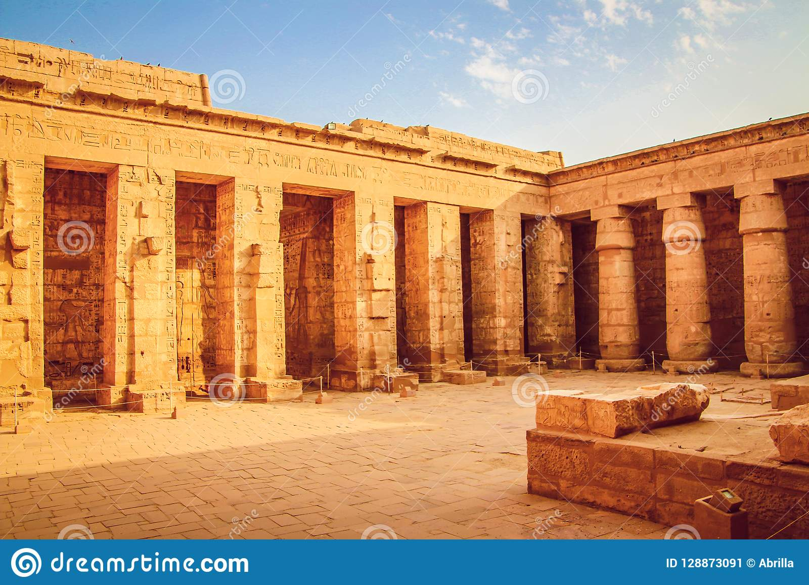 Красивый древний храм medina-Habu Египет, Луксор