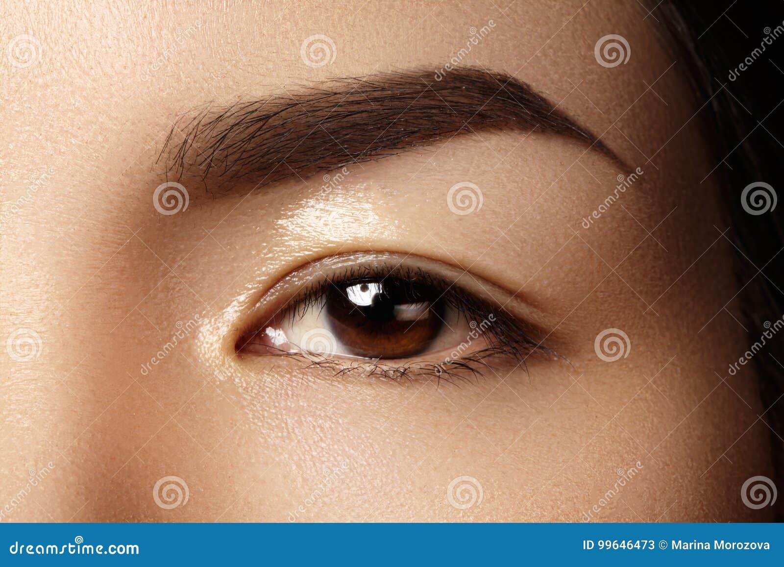 Красивый женский глаз с чистой кожей, ежедневным составом моды Азиатская модельная сторона Совершенная форма брови