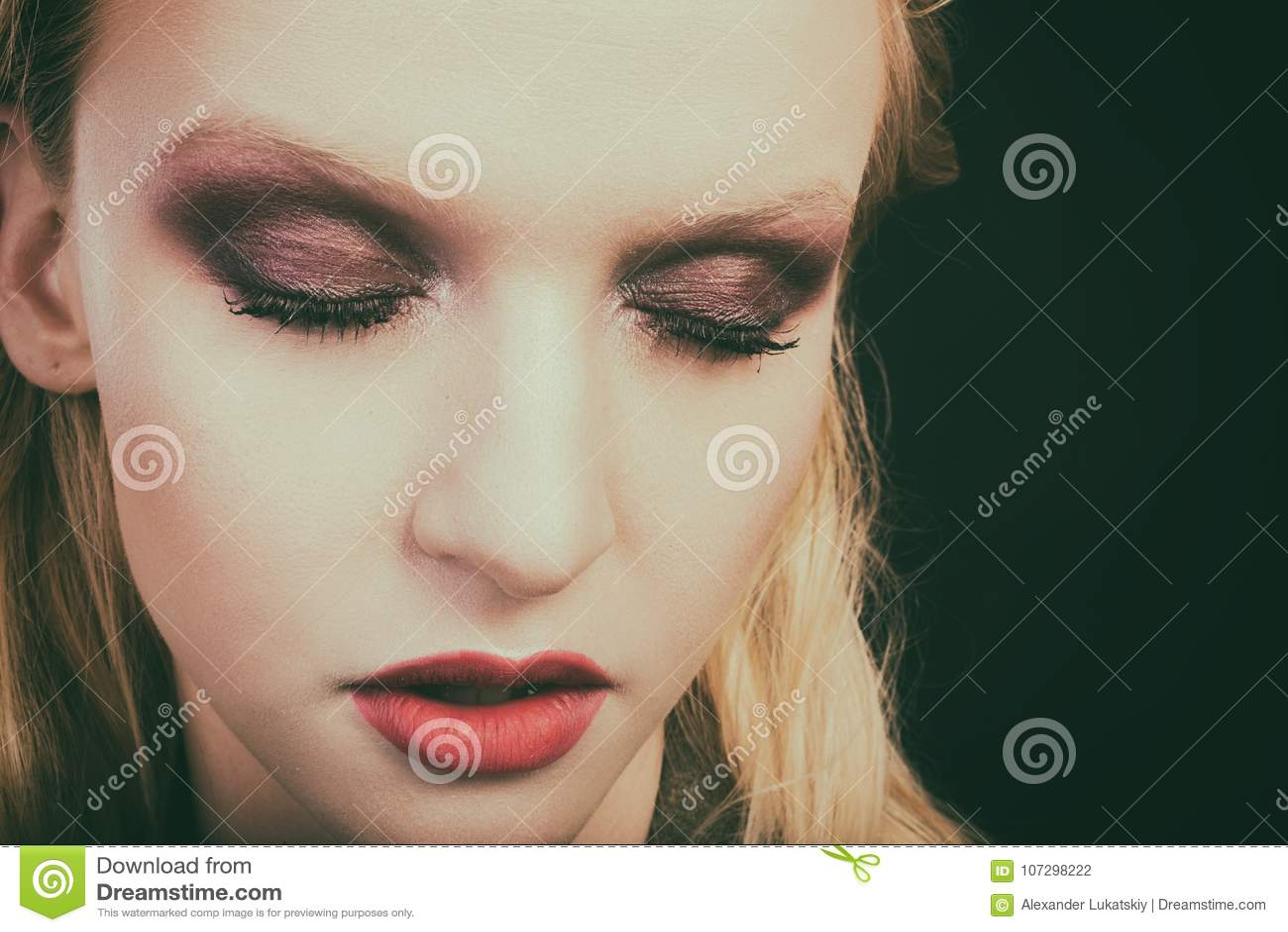 Красивый женский конец-вверх глаза, состав