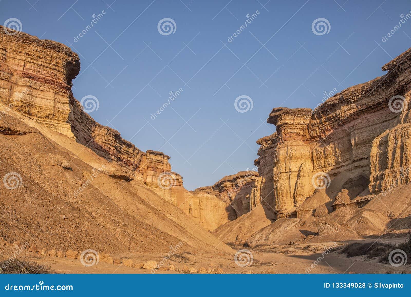Красивый заход солнца в каньонах пустыни Namibe вышесказанного anisette