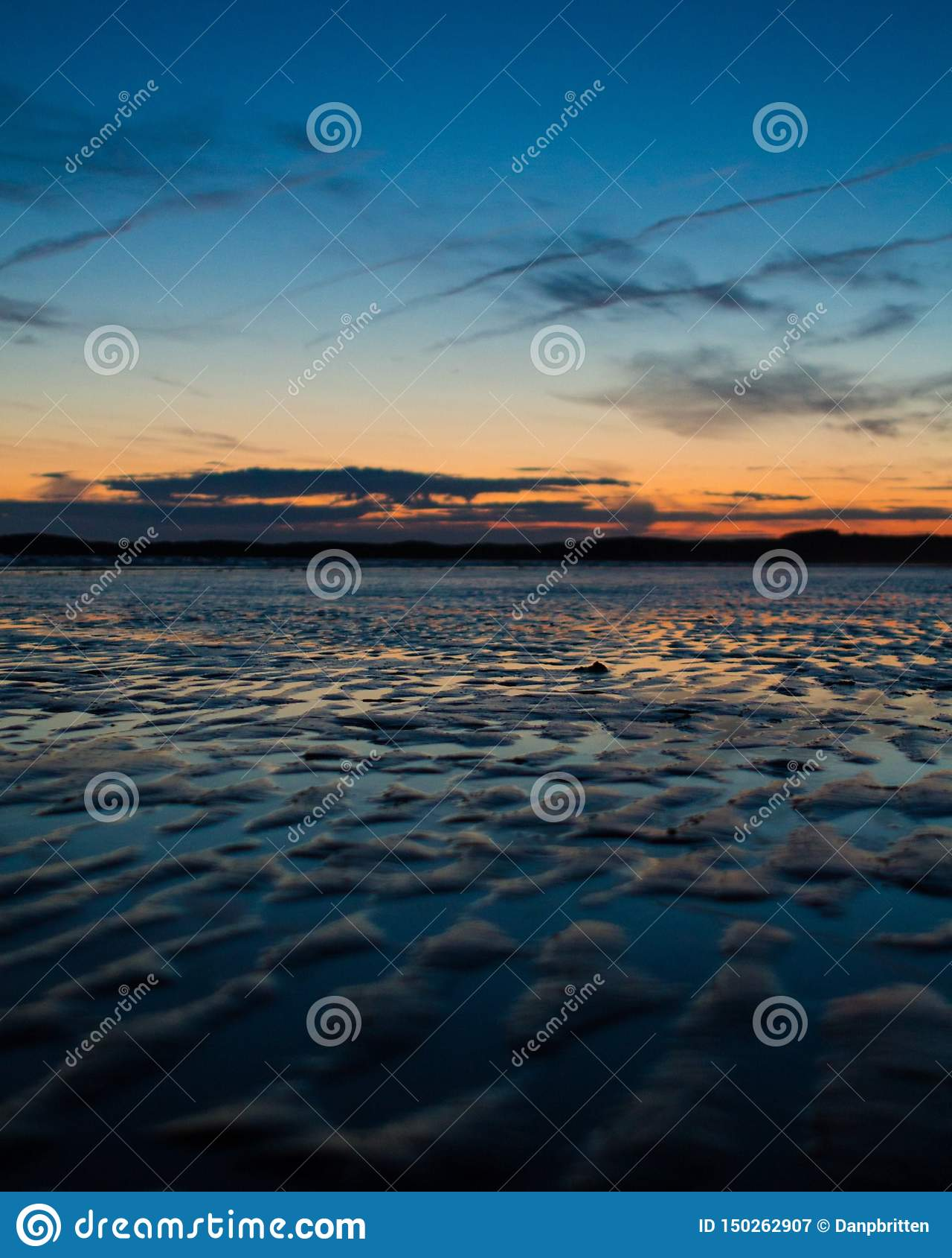 Красивый заход солнца морем
