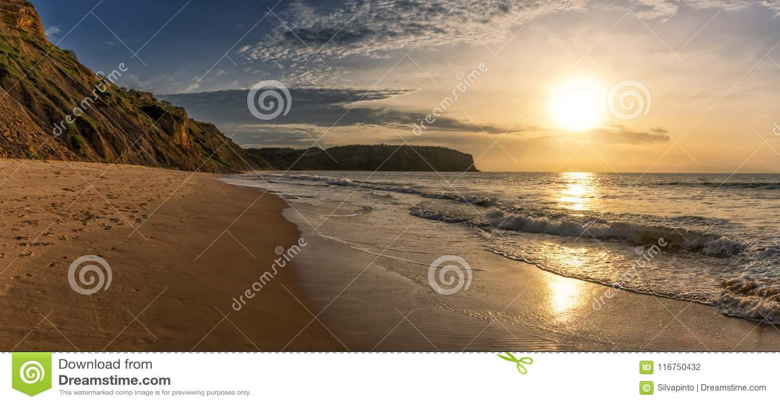 Красивый заход солнца на пляже Cabo Ledo anisette вышесказанного