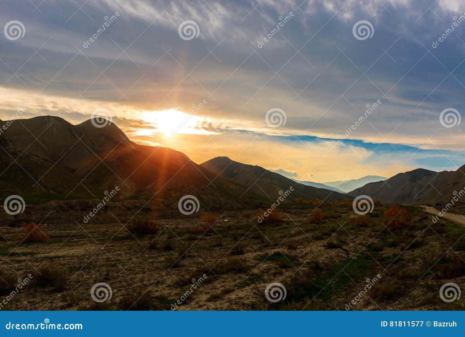 Красивый заход солнца в горе