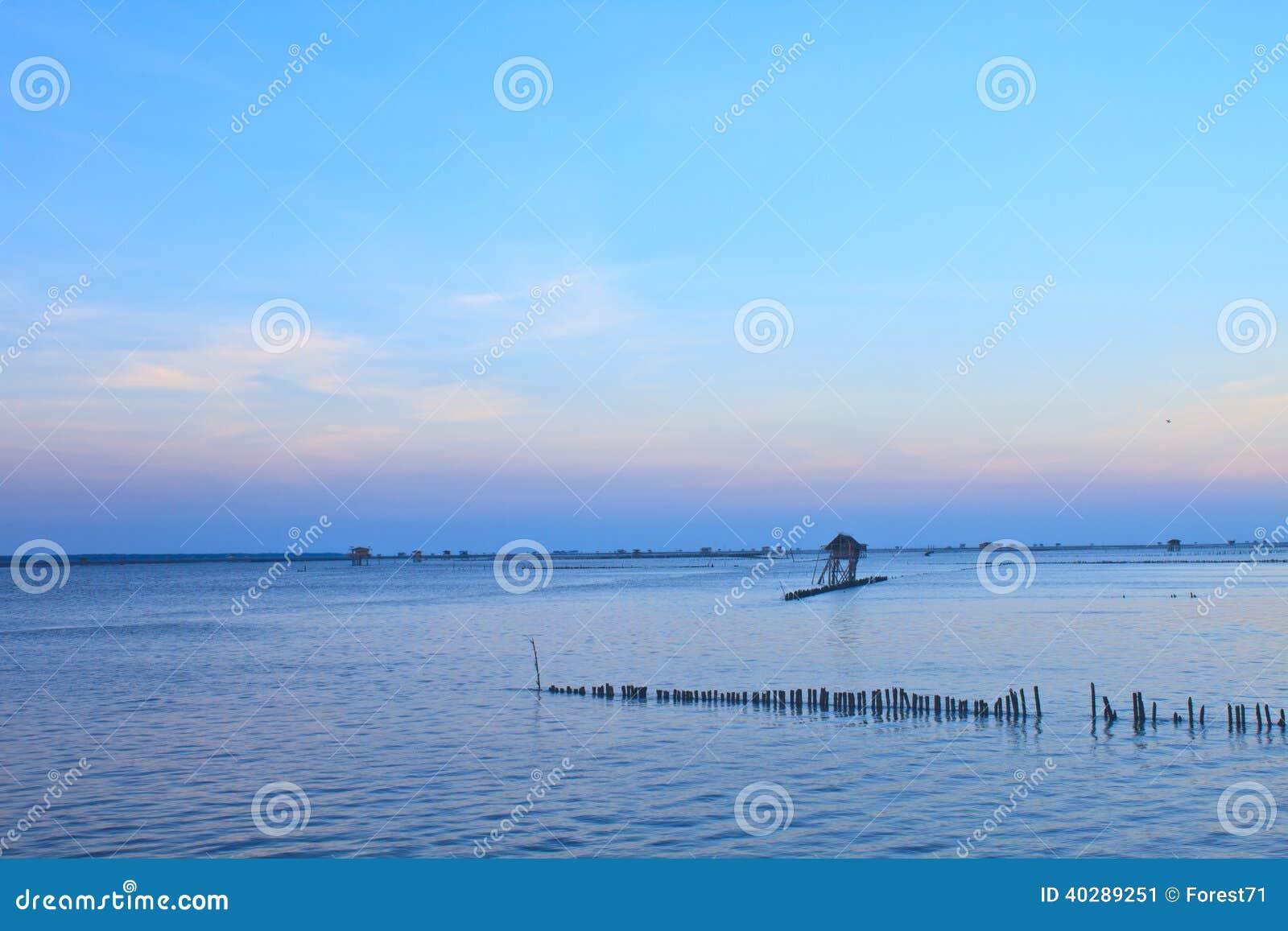 Красивый заход солнца в тропическом море