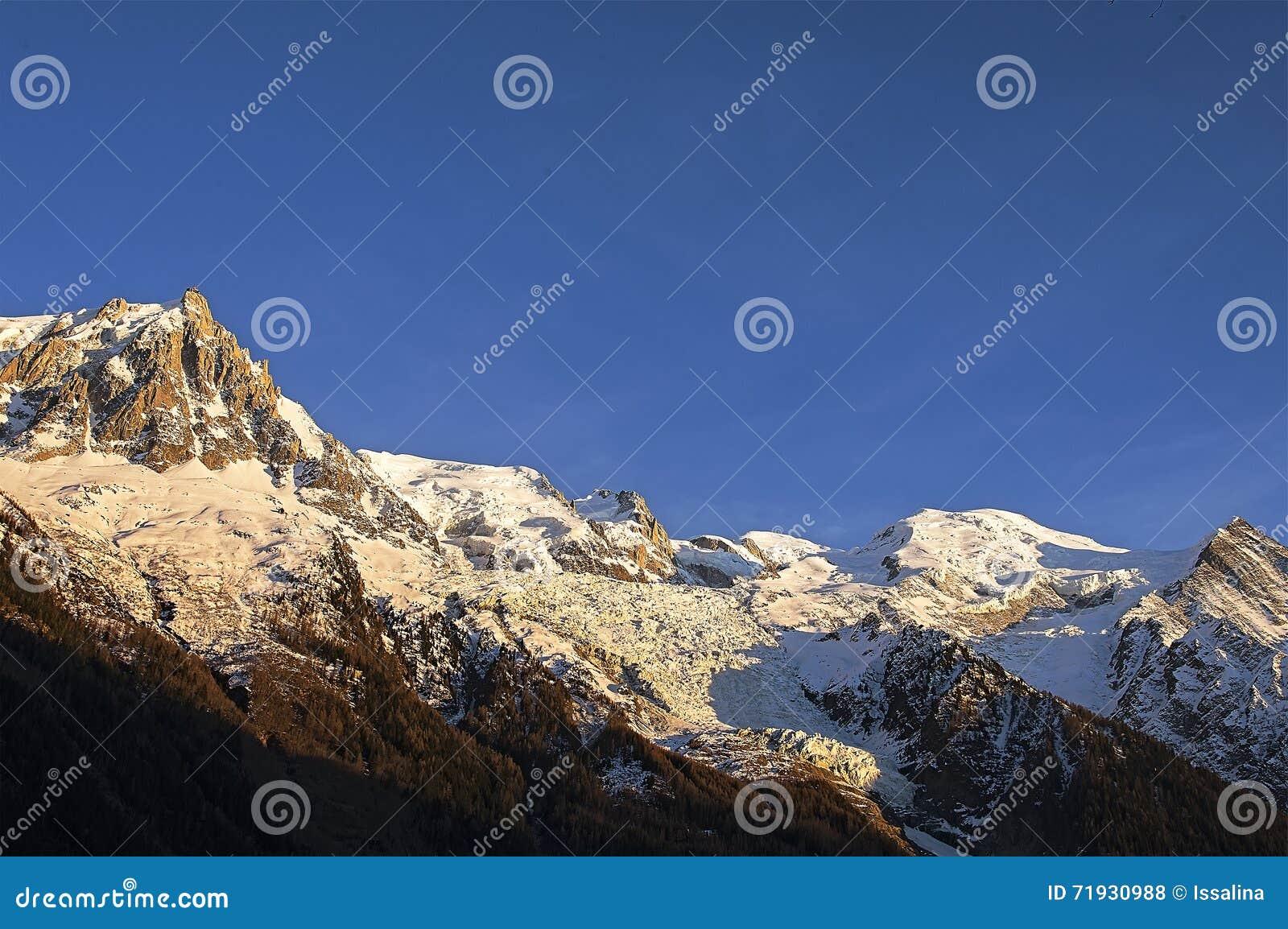 Красивый заход солнца в французе Альпах