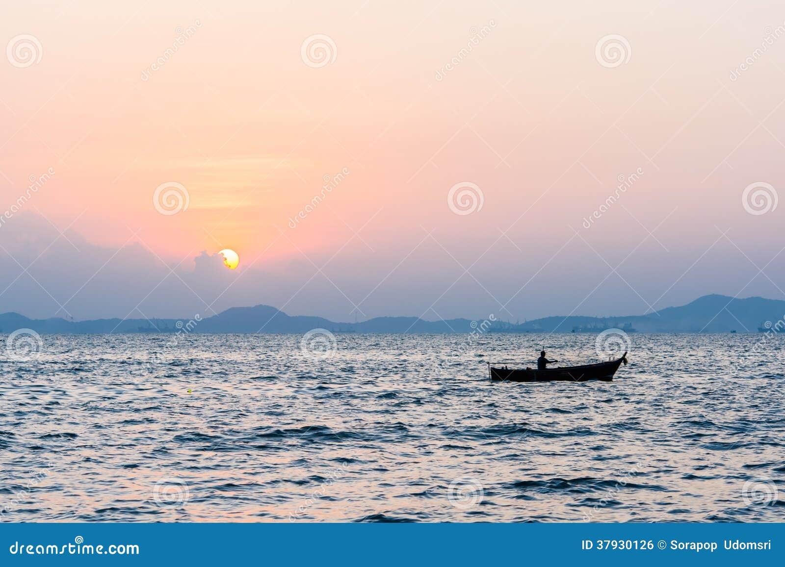 Красивый заход солнца на море