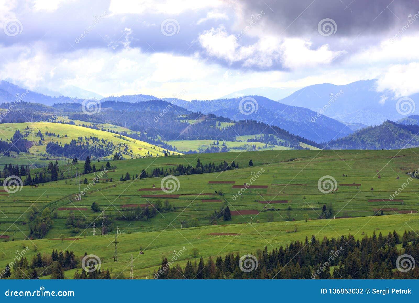 Красивый и величественный ландшафт горы прикарпатских гор