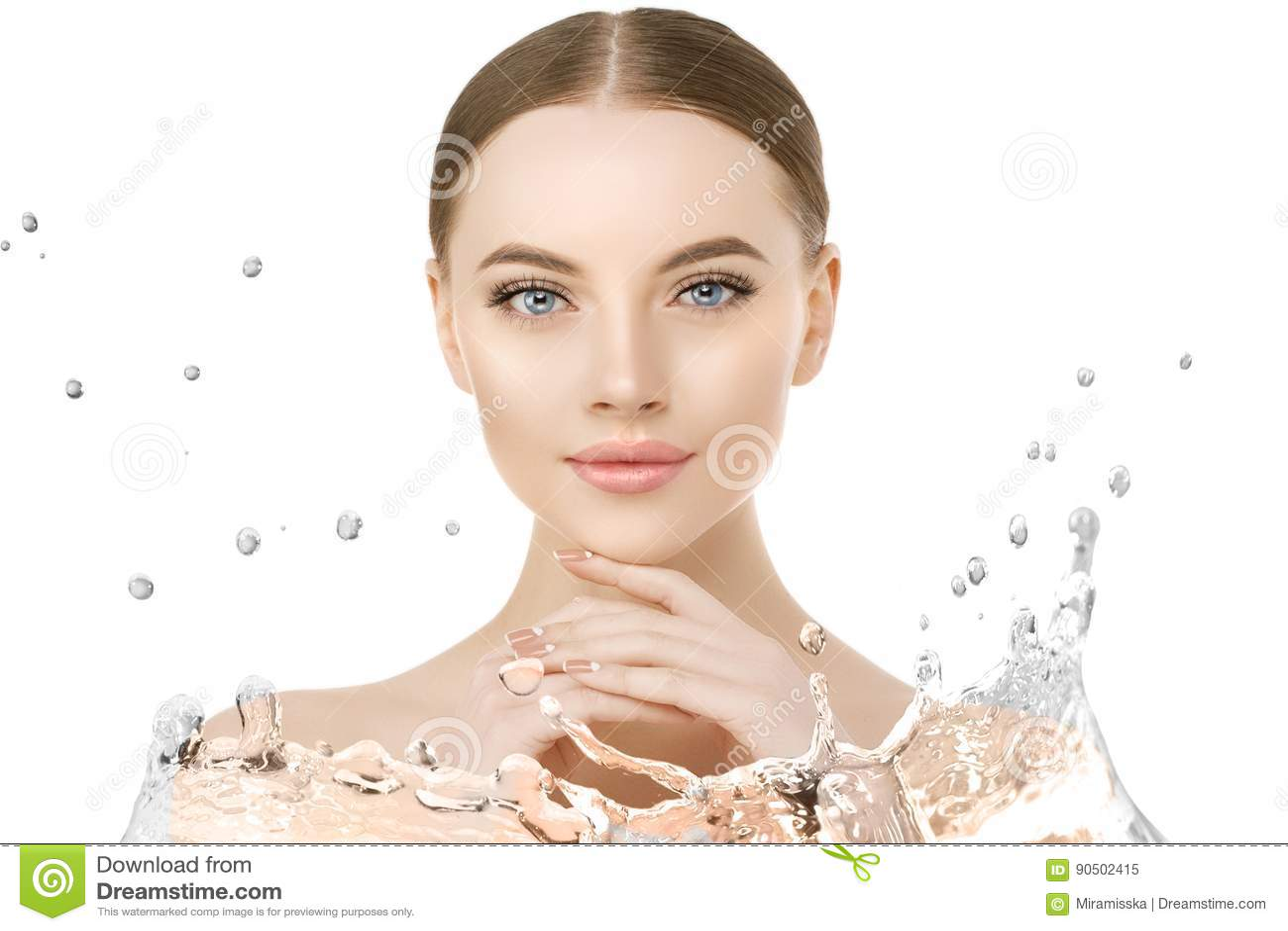 Красивый конец стороны женщины вверх по студии с выплеском воды Красота s