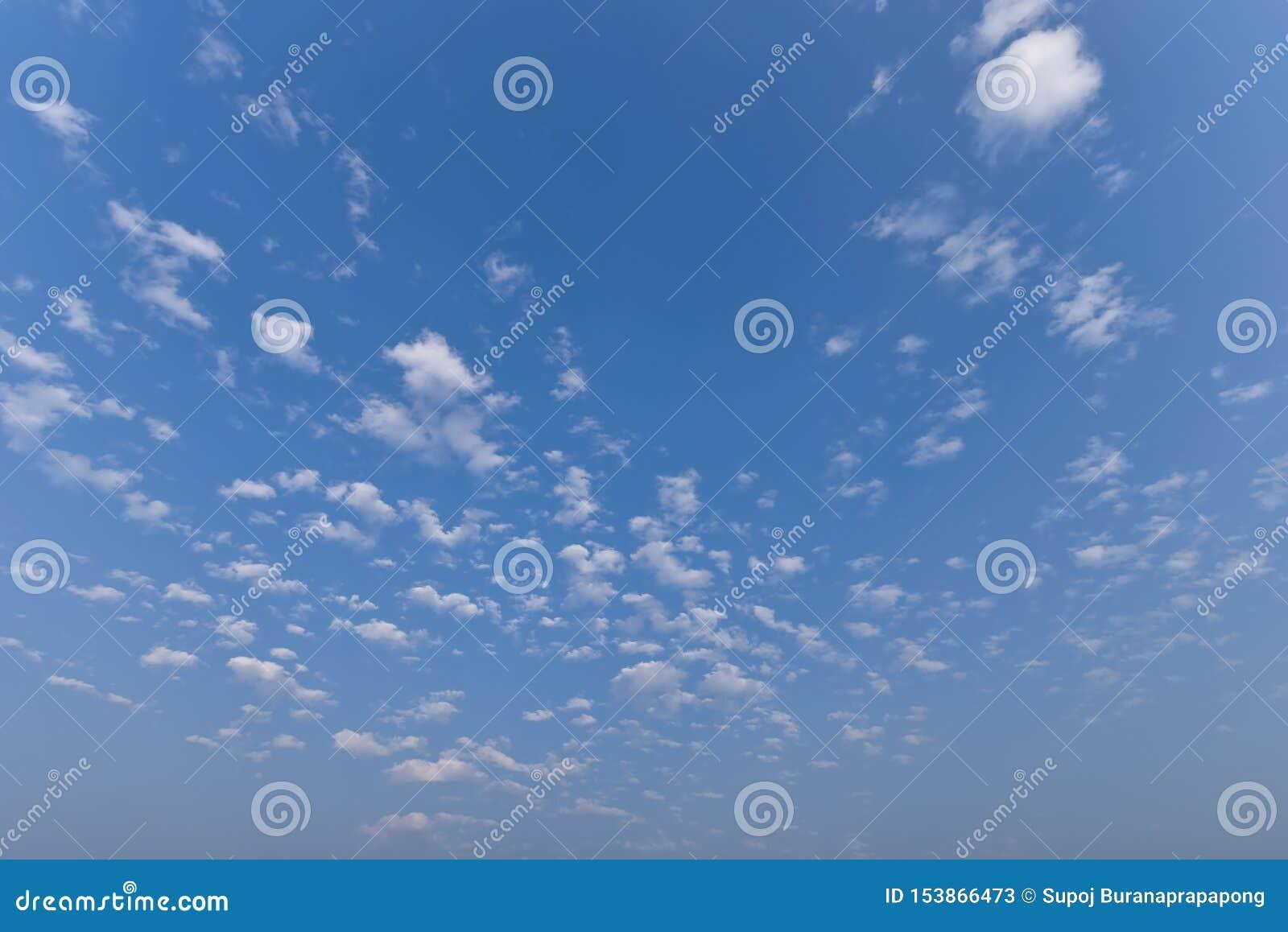 Красивый ландшафт неба Солнечность в предпосылке лета Сценарное красивое cloudscape природы с солнечным светом летом