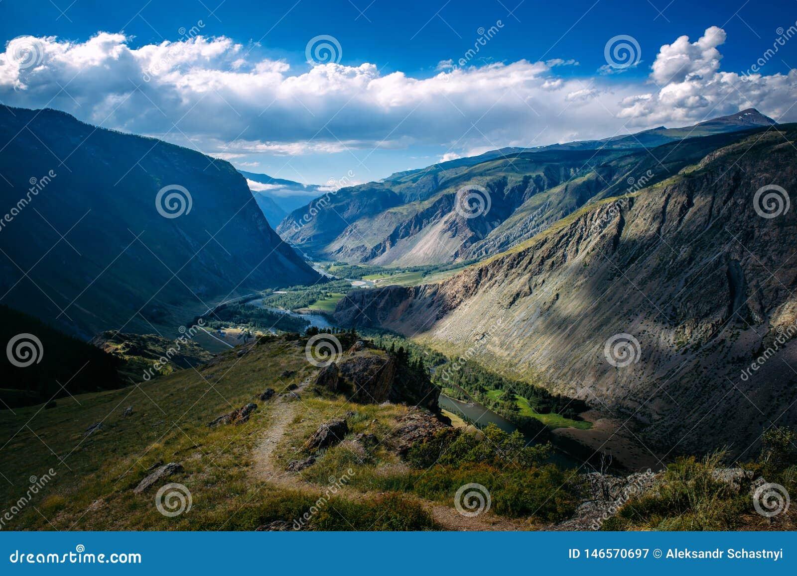 Красивый ландшафт природы, изумляя горный вид Любимое живописное место для перевала Katu-Yaryk туристов, положения Altai