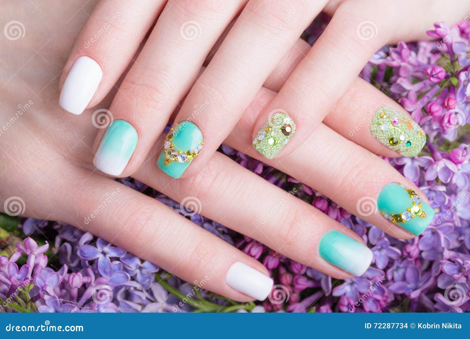 Download Красивый маникюр бирюзы с кристаллами на женской руке Конец-вверх Стоковое Фото - изображение насчитывающей цветки, бобра: 72287734