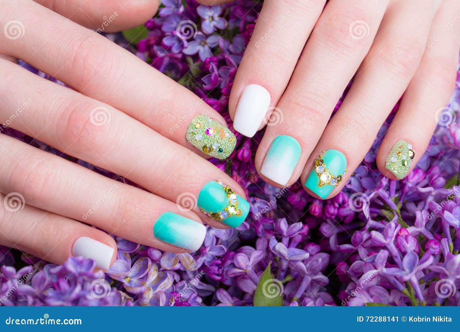 Download Красивый маникюр бирюзы с кристаллами на женской руке Конец-вверх Стоковое Изображение - изображение насчитывающей оборудование, славно: 72288141
