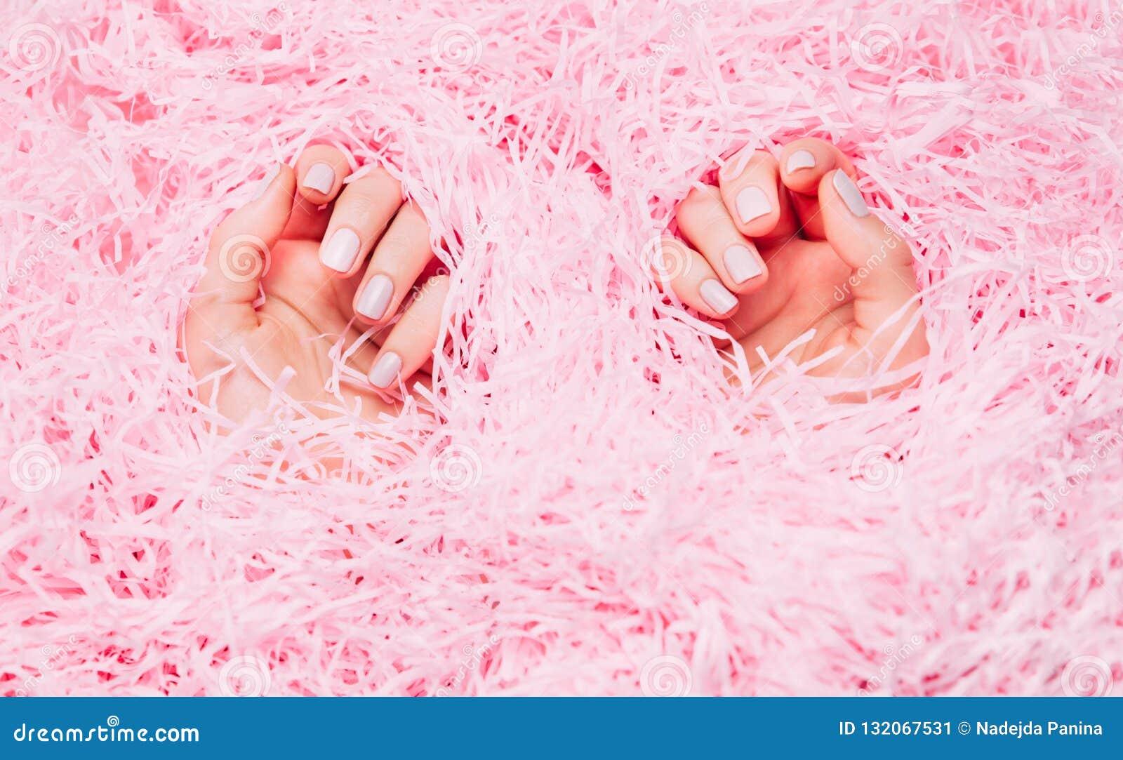 Красивый маникюр женщины на творческой розовой предпосылке Минималистская тенденция