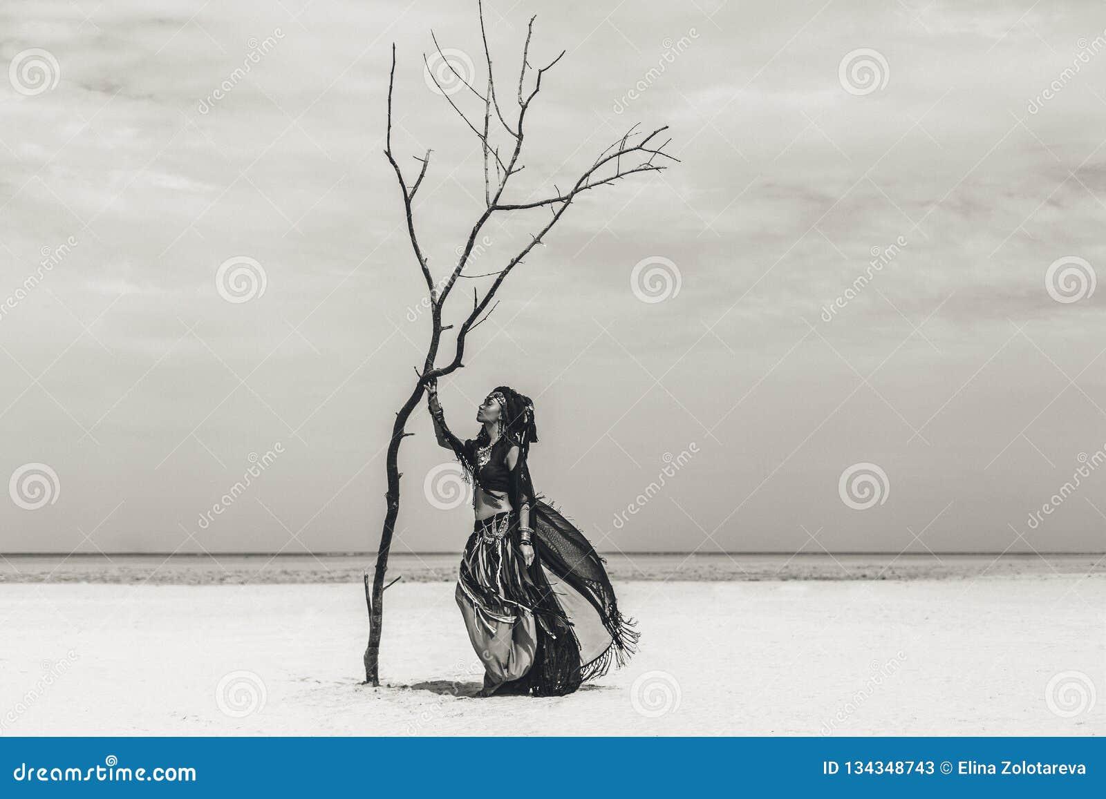 Красивый молодой стильный племенной танцор Женщина в восточном костюме танцуя outdoors