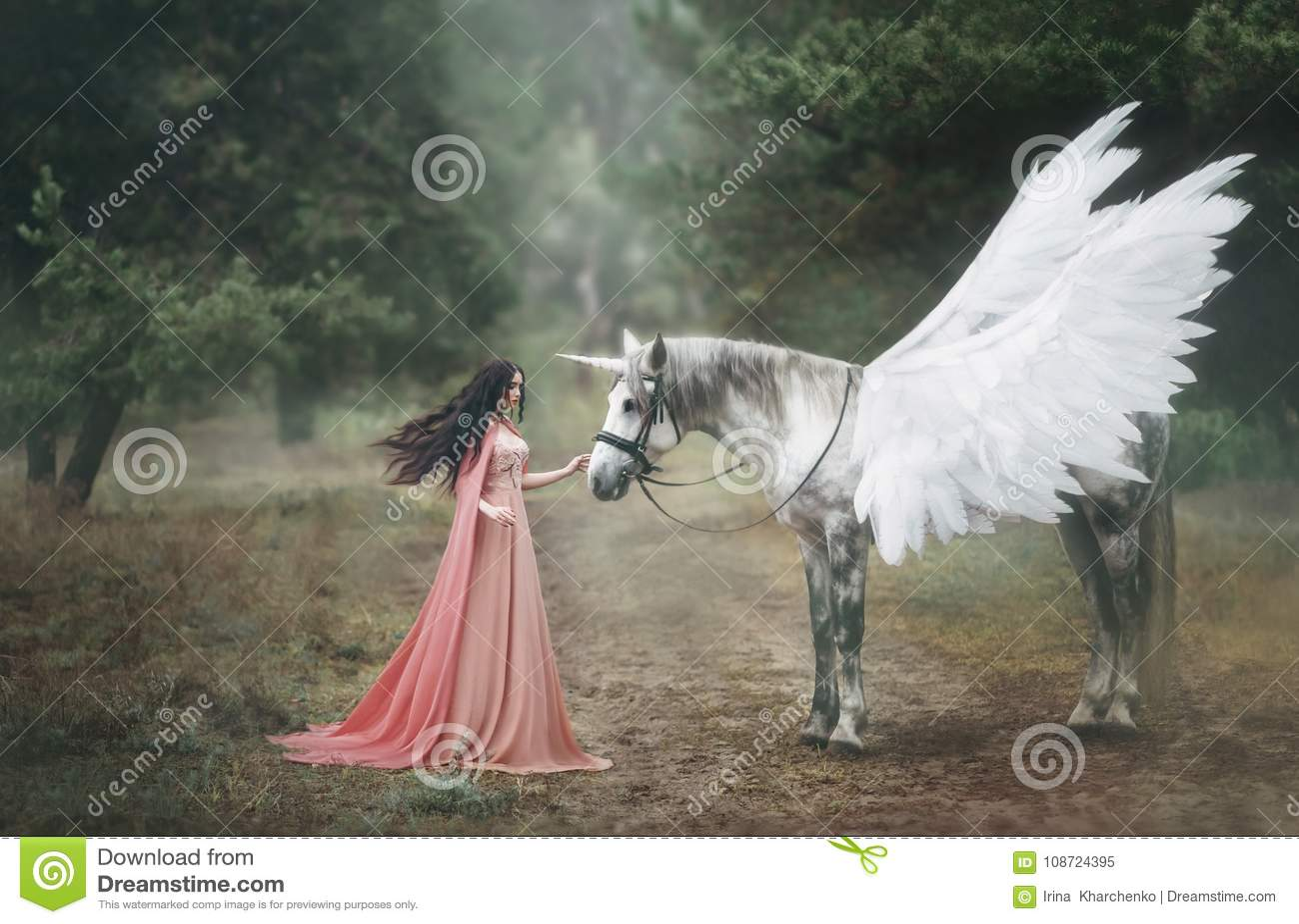 Красивый, молодой эльф, идя с единорогом в лесе она одета в длинном оранжевом платье с плащем Шлейф красивый