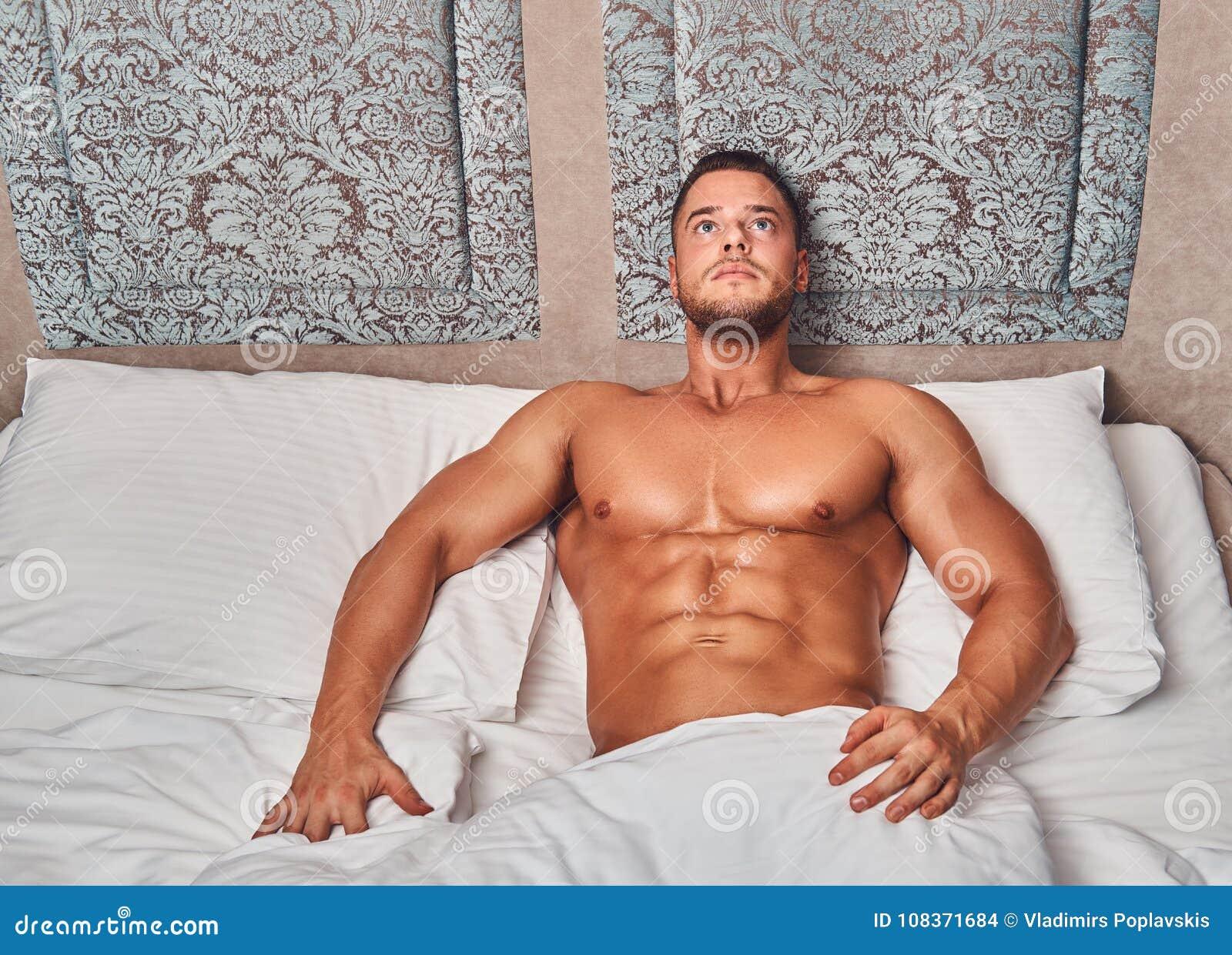 Обнаженный мужчина лежа фото, секс с тоненькой