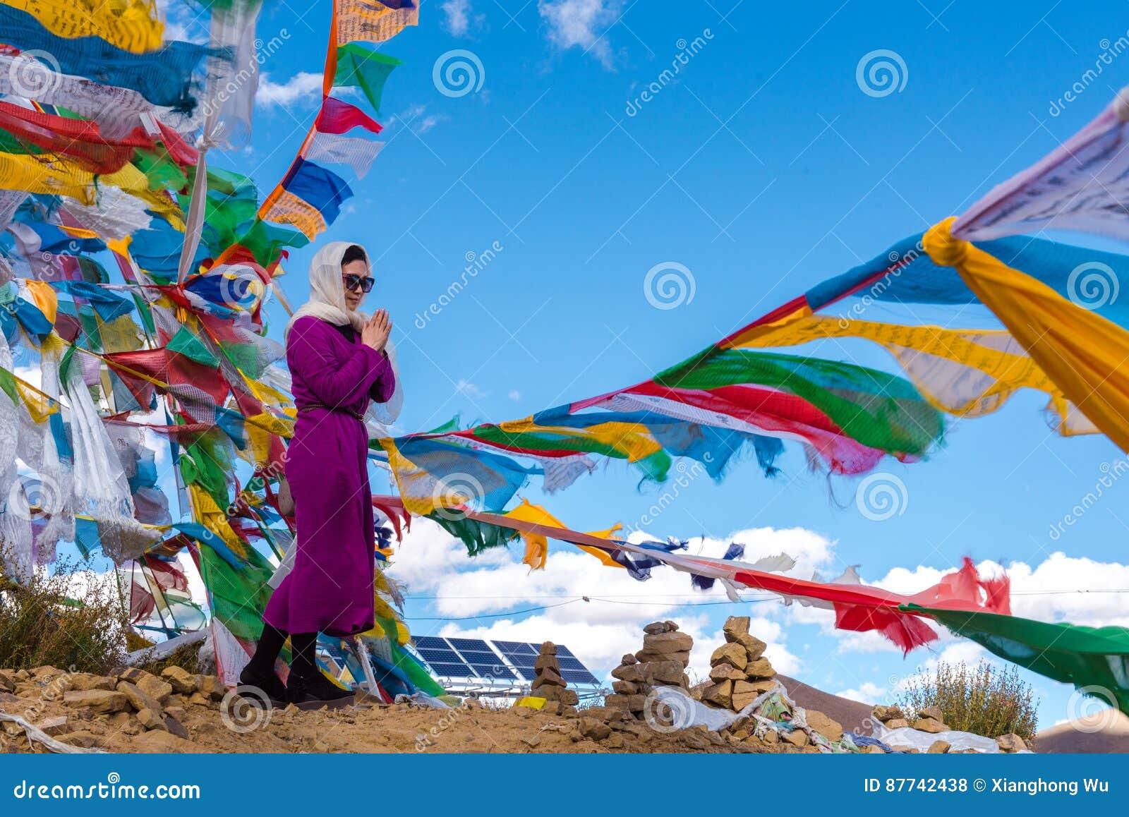 Красивый пейзаж: Флаги женщины и молитвы