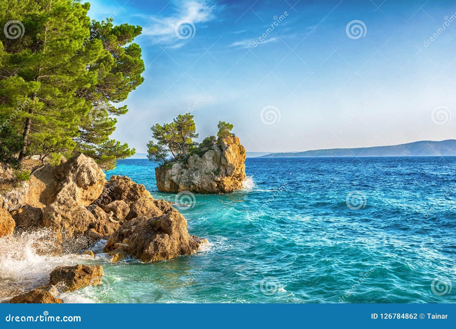 Красивый пляж Punta Rata в Brela, Makarska Ривьере, Далмации, Хорватии Предпосылка курорта перемещения Лето vacatioan скопируйте