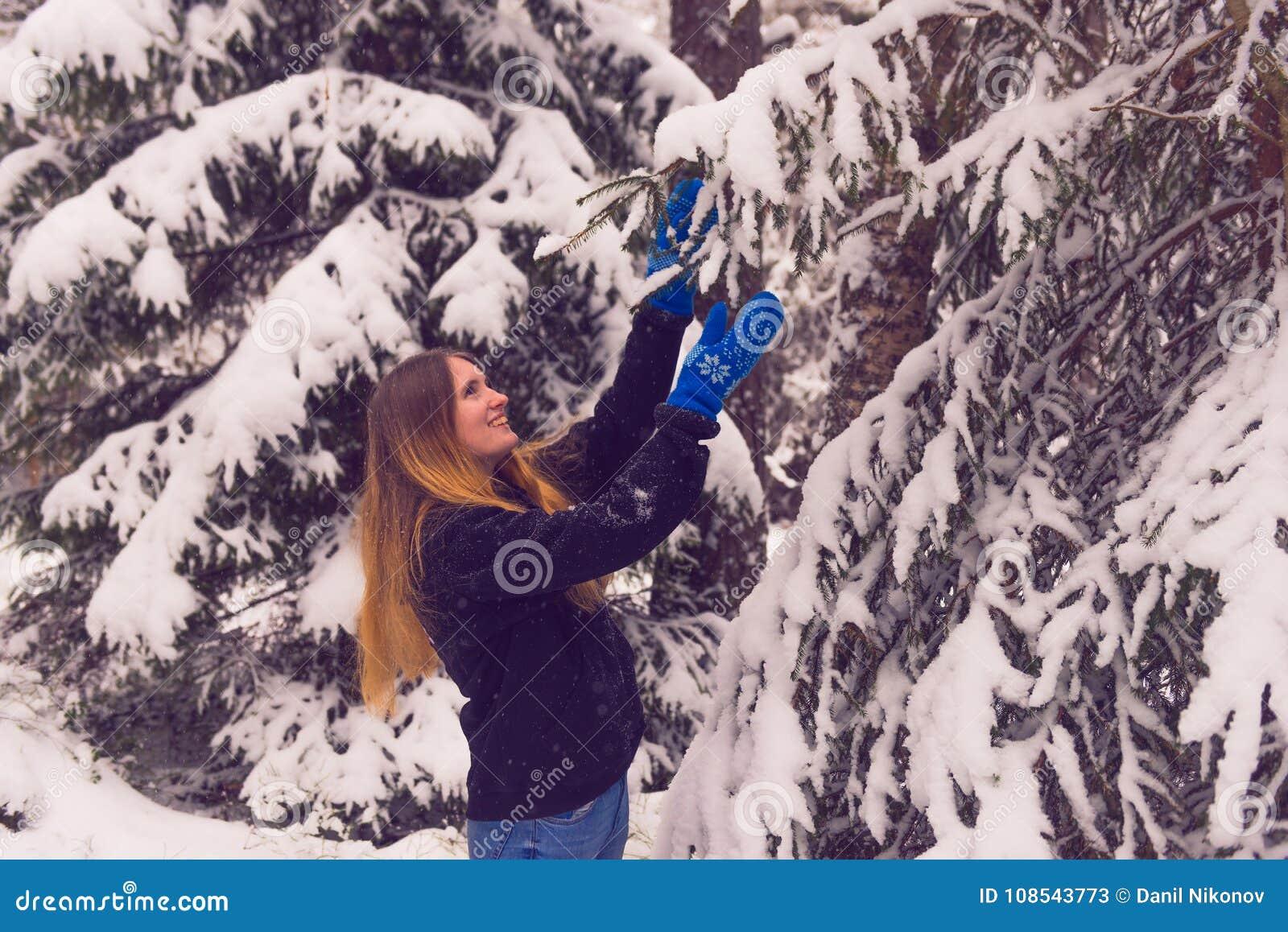 Красивый портрет девушки в лесе зимы