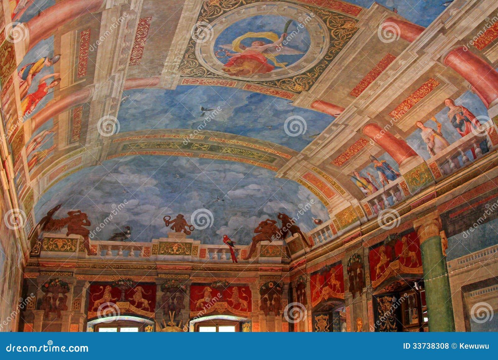 Красивый потолок на Banqueting зале