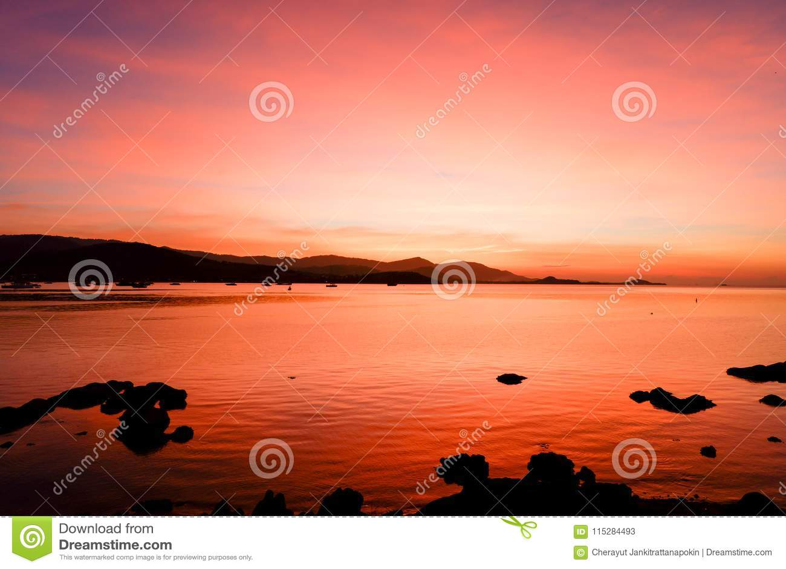 Красивый пылая ландшафт захода солнца на abo Чёрного моря и горы
