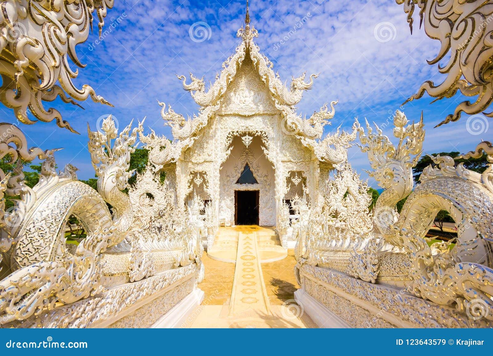 Красивый снежный белый висок Wat Rong Khun виска в Chiang Rai,