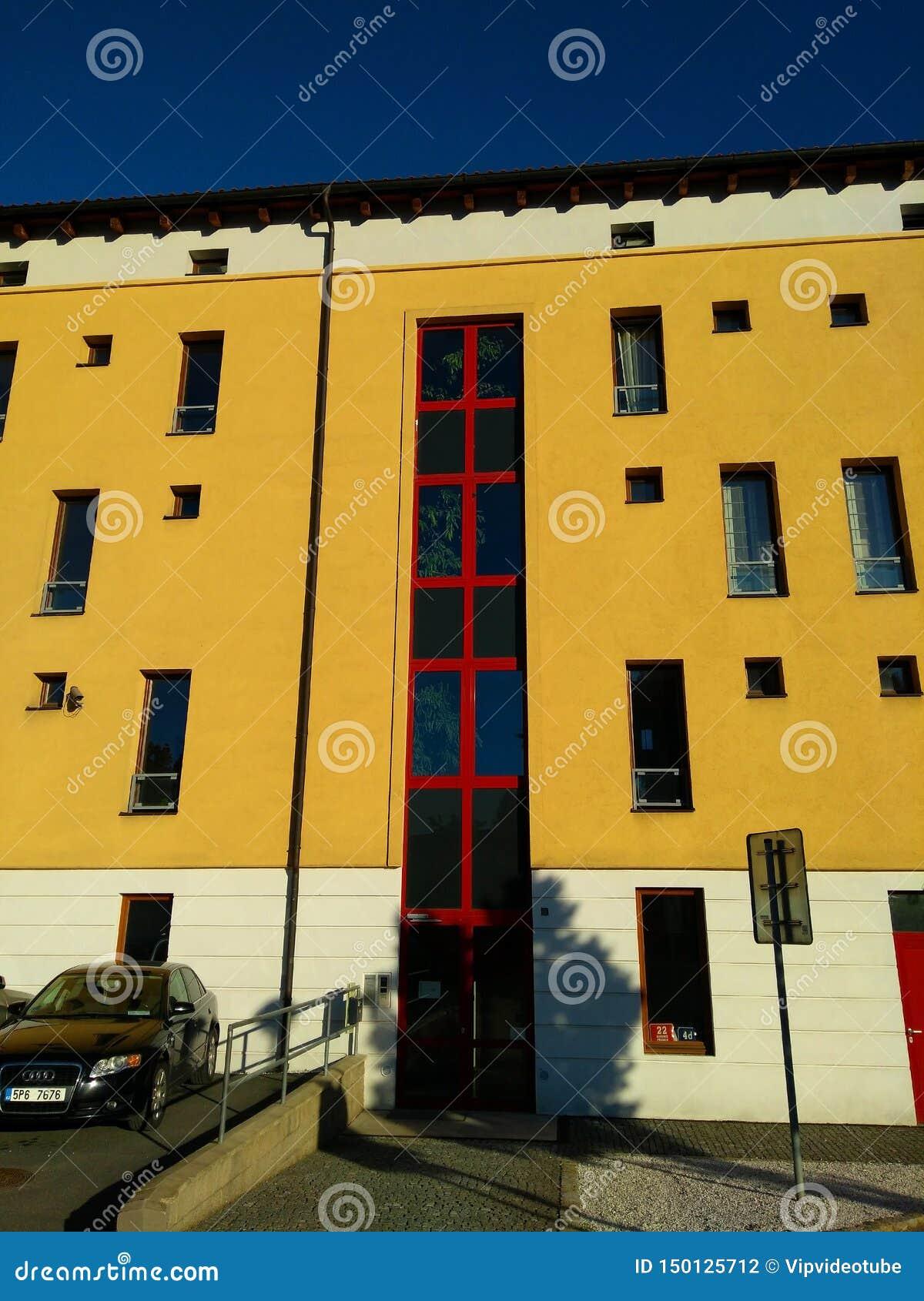 Красивый современный фасад здания в Праге