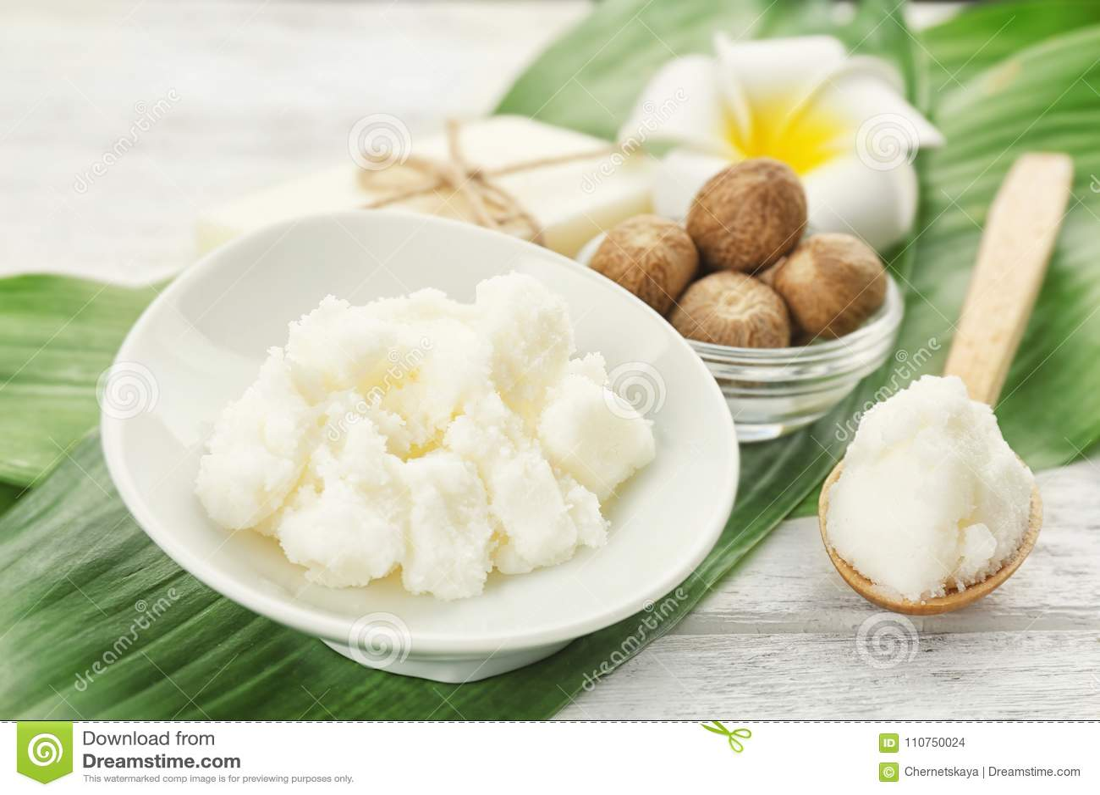 Красивый состав с маслом, мылом и гайками дерева ши
