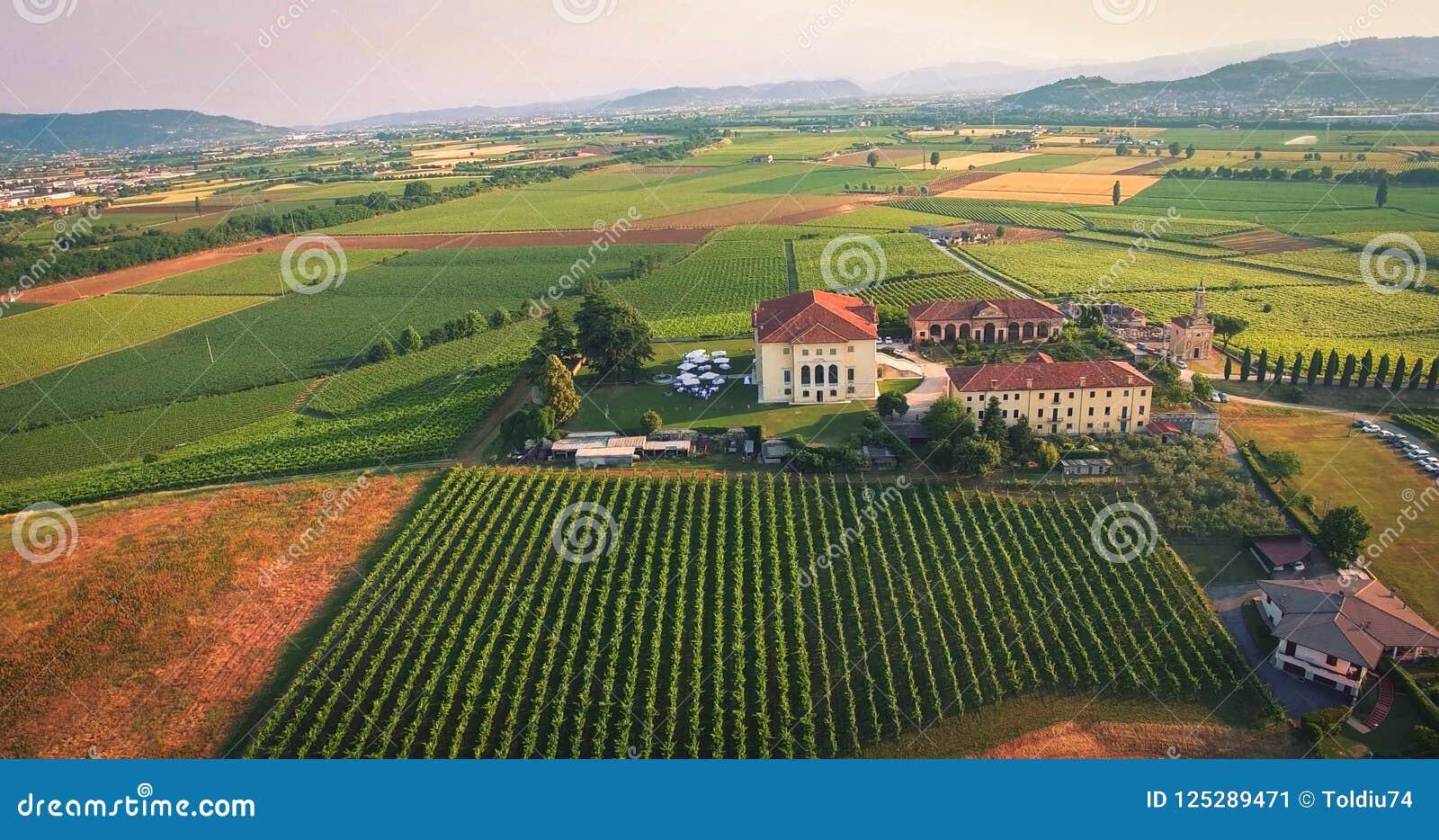 Красивый старый итальянский замок хозяйничая свадьба в сельской местности