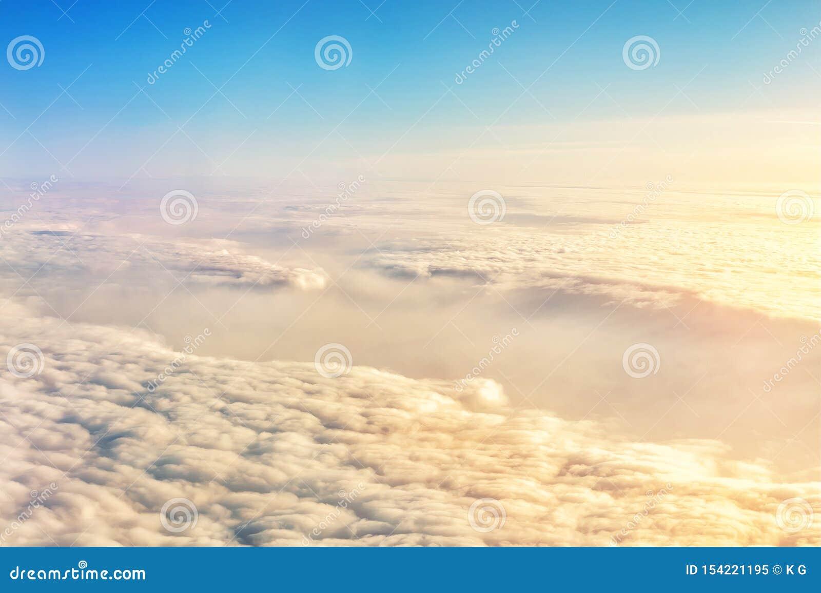 Красивый сценарный драматический вид с воздуха cloudscape восхода солнца утра из плоского окна Градиент покрасил пушистые облака