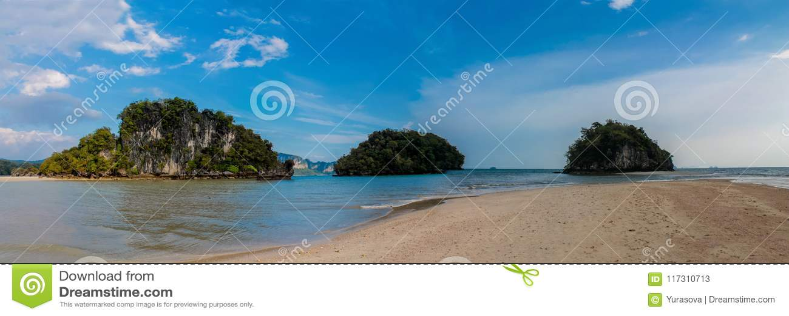 Красивый сценарный остров известняка в Krabi, панораме Таиланда длинной