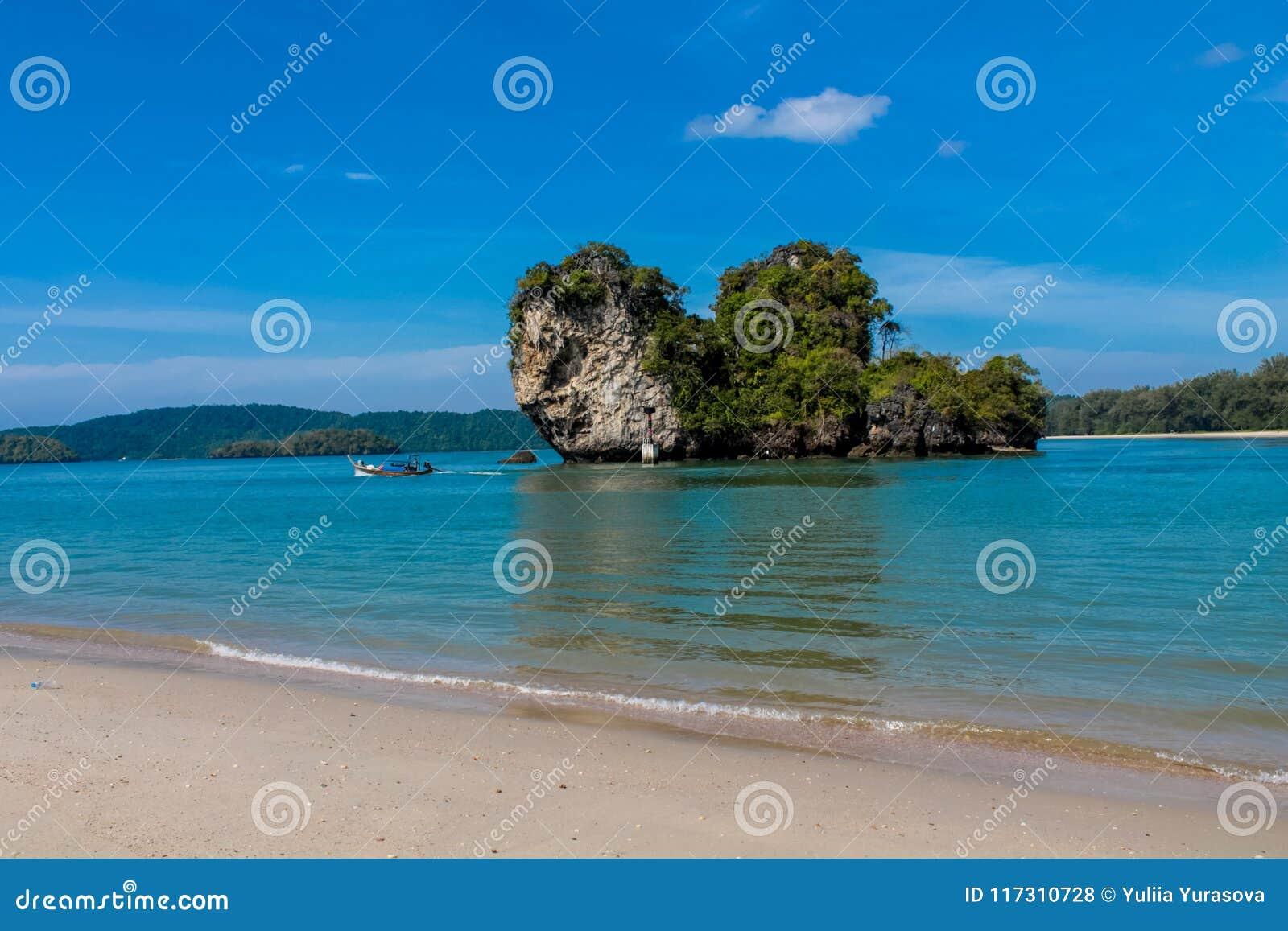 Красивый сценарный остров известняка в Krabi, Таиланде