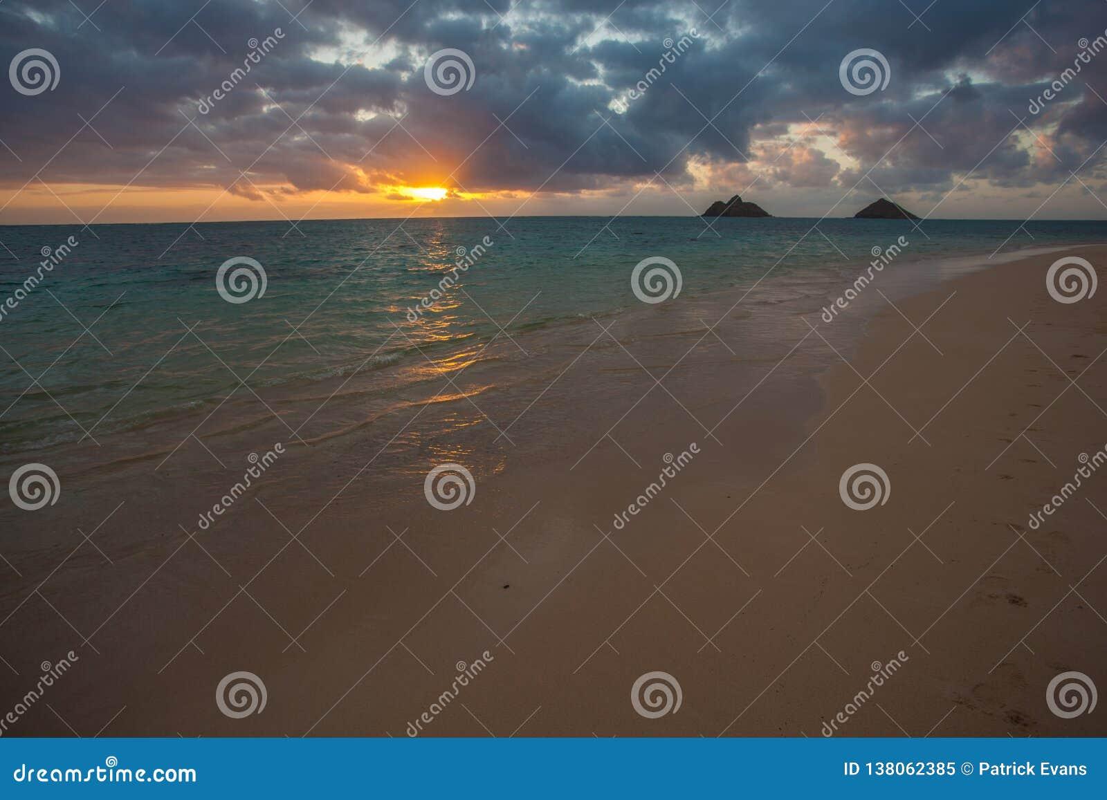 Красивый сценарный пляж Оаху Гаваи LaniKai