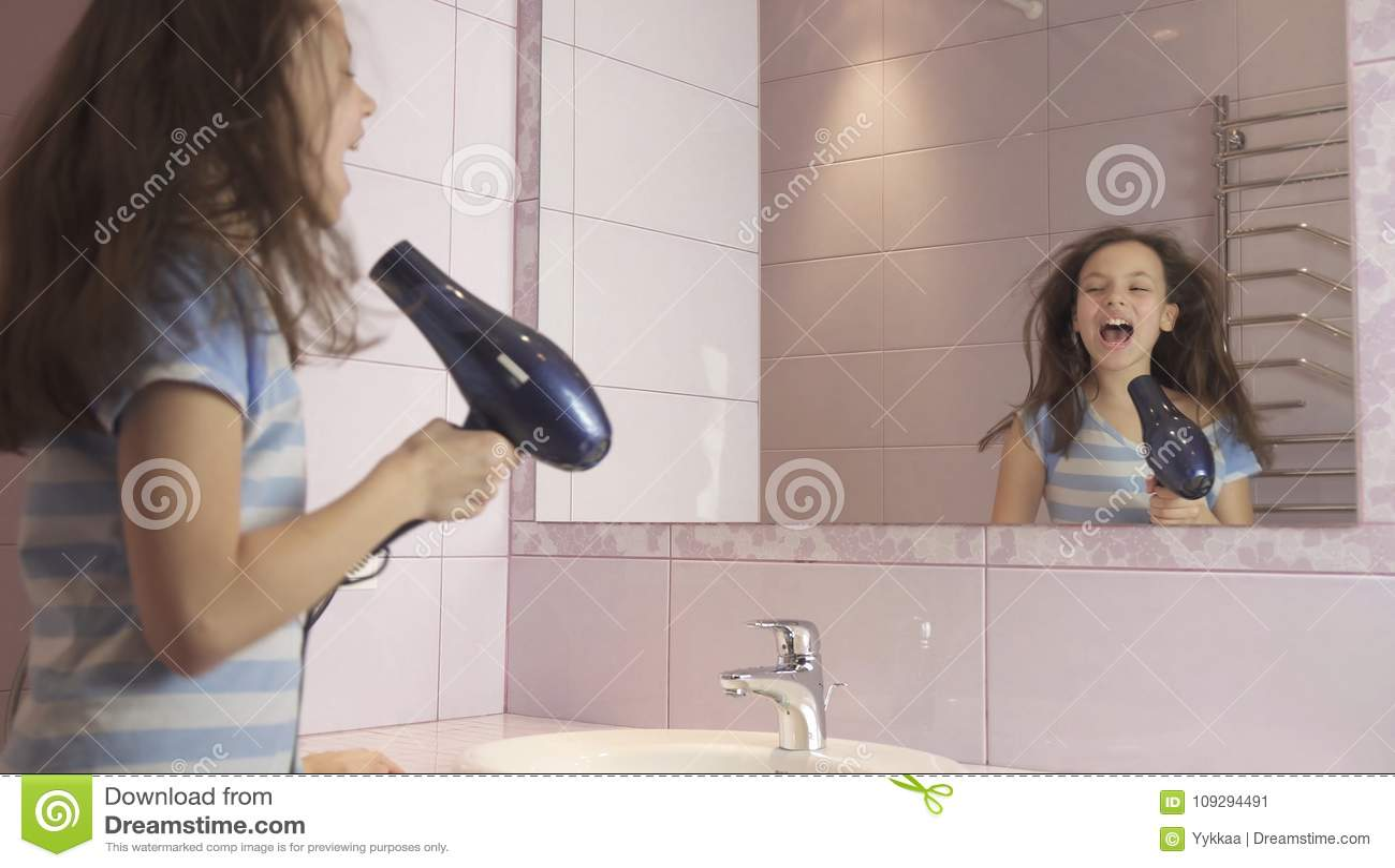 Девушка танцует подросток