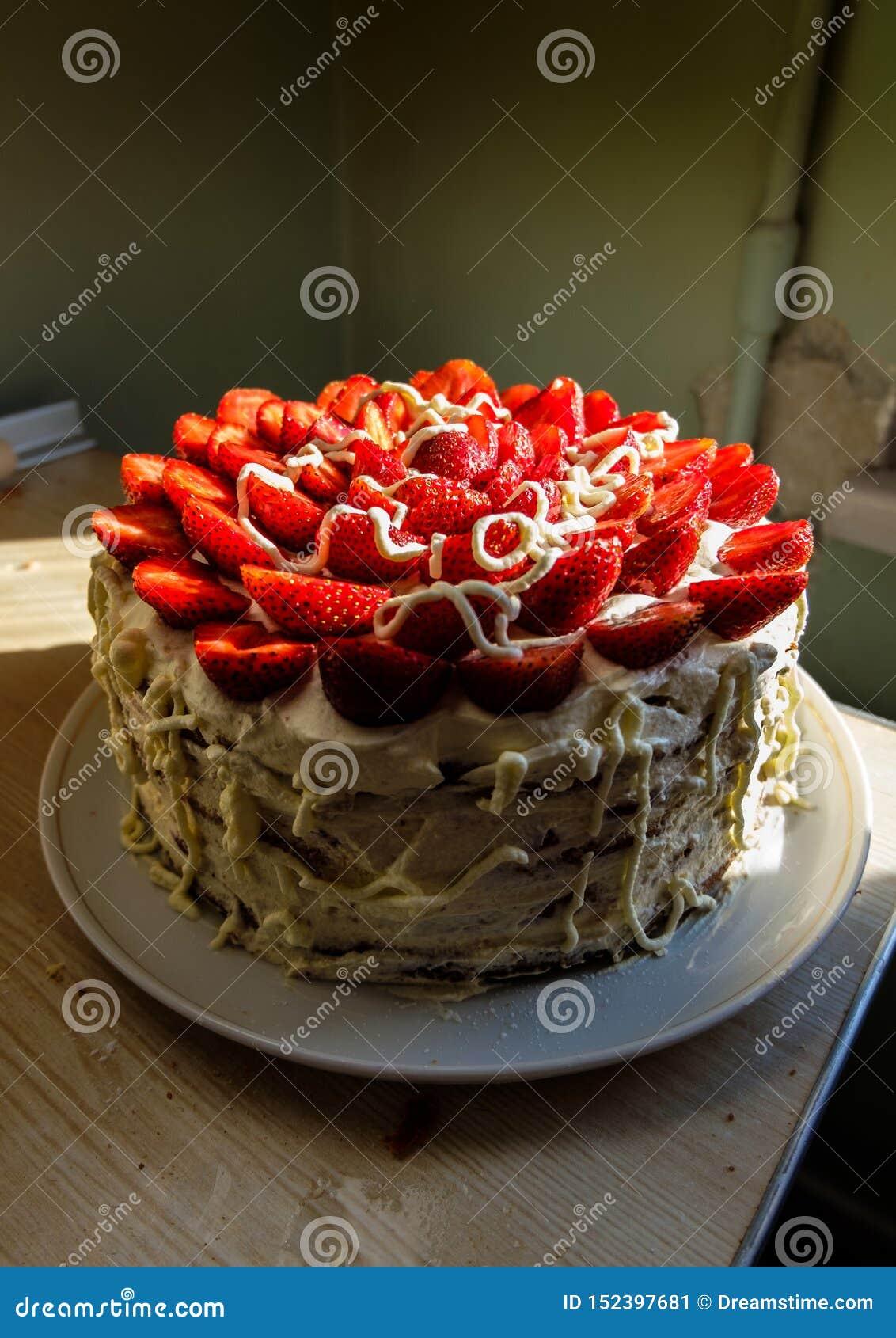 Красивый торт с сочными красными клубниками и очень вкусной взбитой сливк