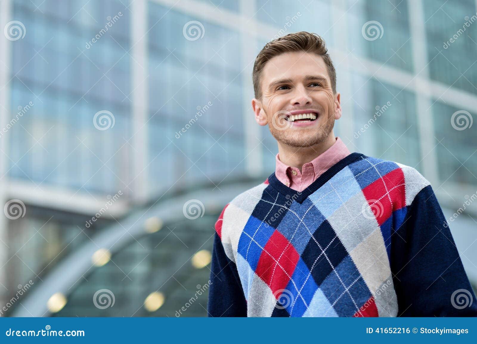 Красивый усмехаясь представлять человека внешний
