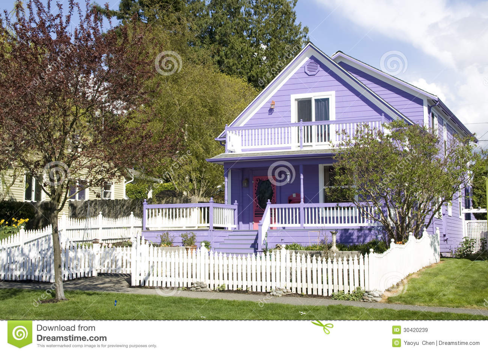 Красивый фиолетовый дом