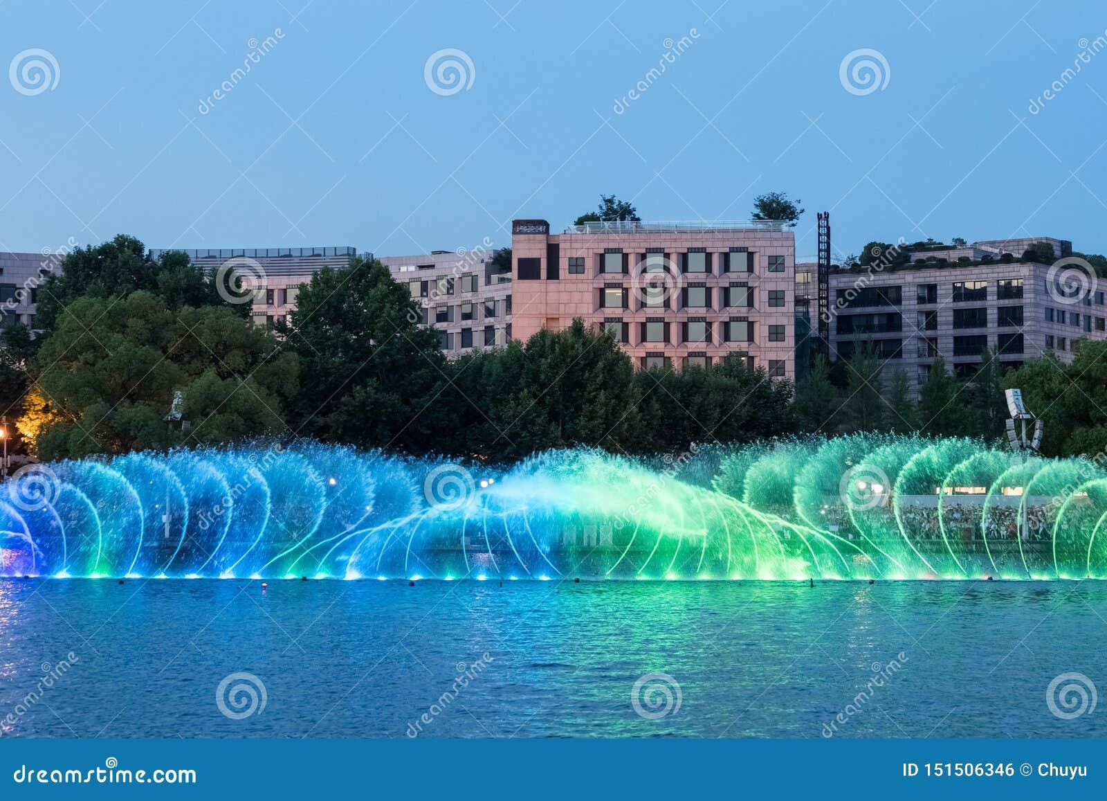 Красивый фонтан на озере Ханчжоу западном