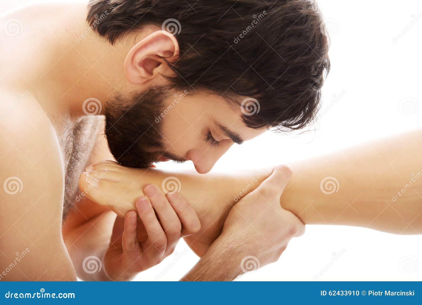 tselovat-nogi-zhenshin-korshunova-v-erotike-video