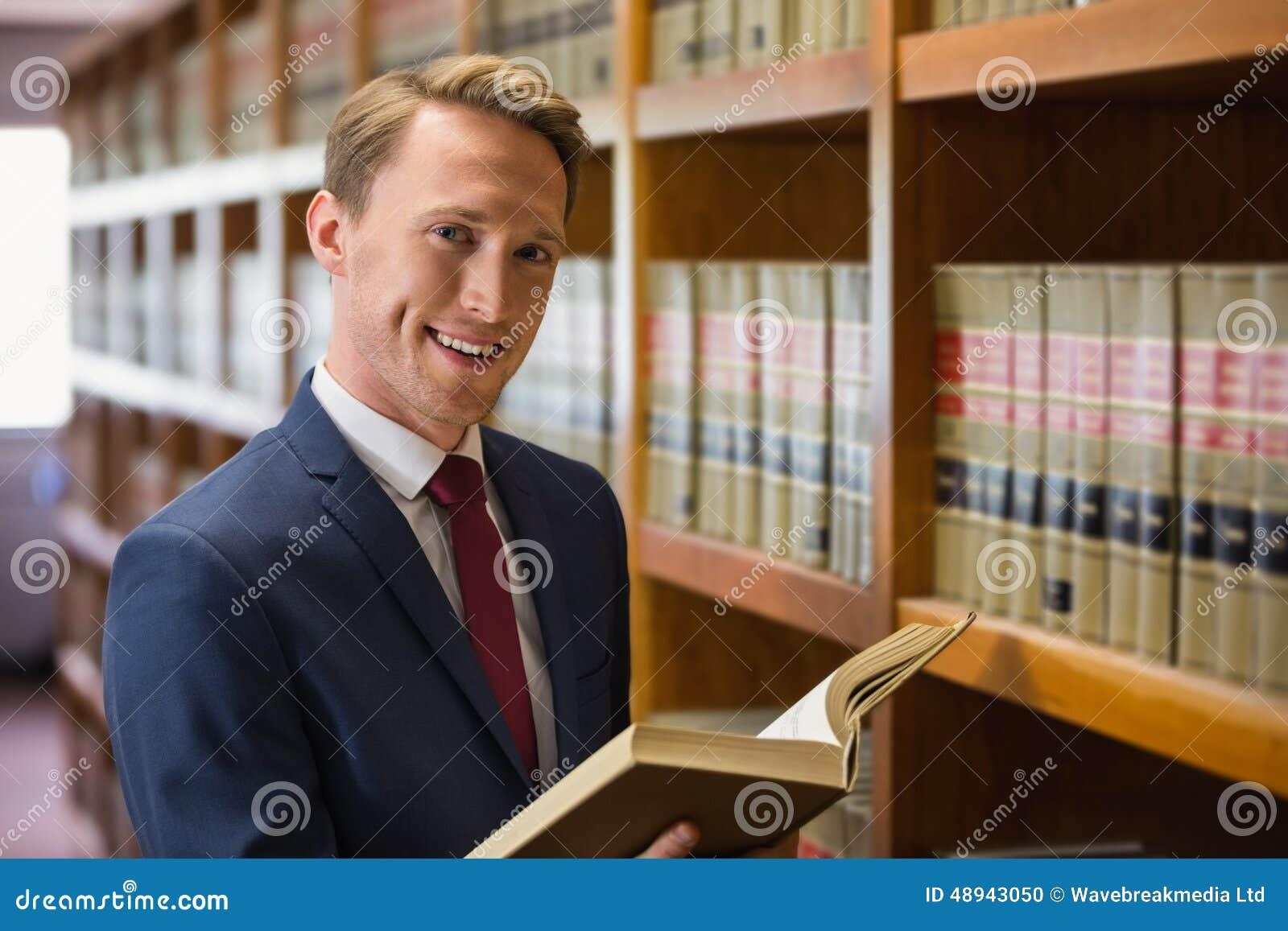 Красивый юрист в библиотеке закона