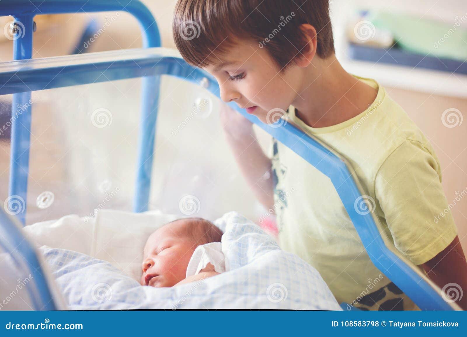 Красивый newborn ребёнок, кладя в шпаргалку в пренатальной больнице,